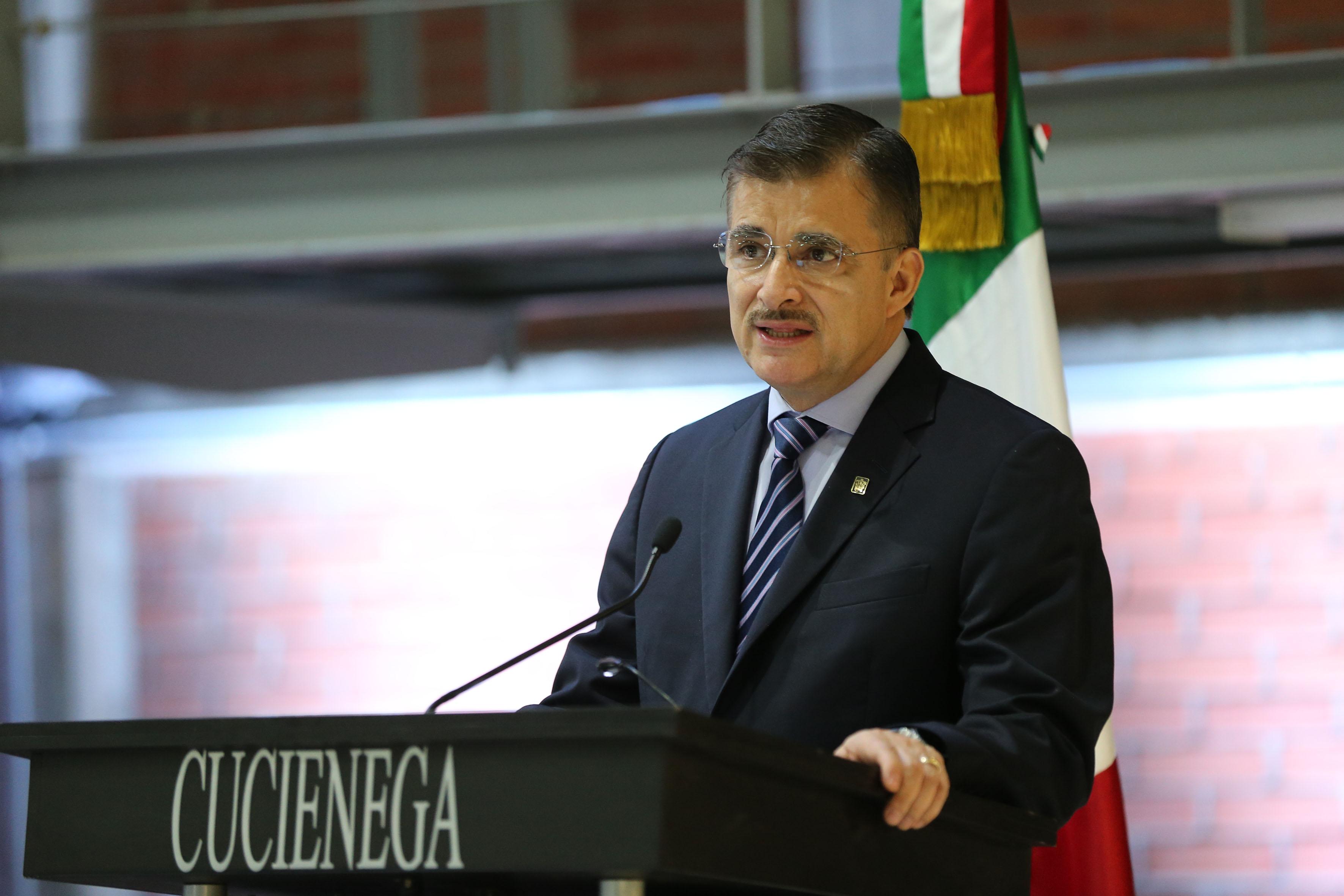Rector General de la Universidad de Guadalajara, maestro Itzcóatl Tonatiuh Bravo Padilla haciendo uso de la voz