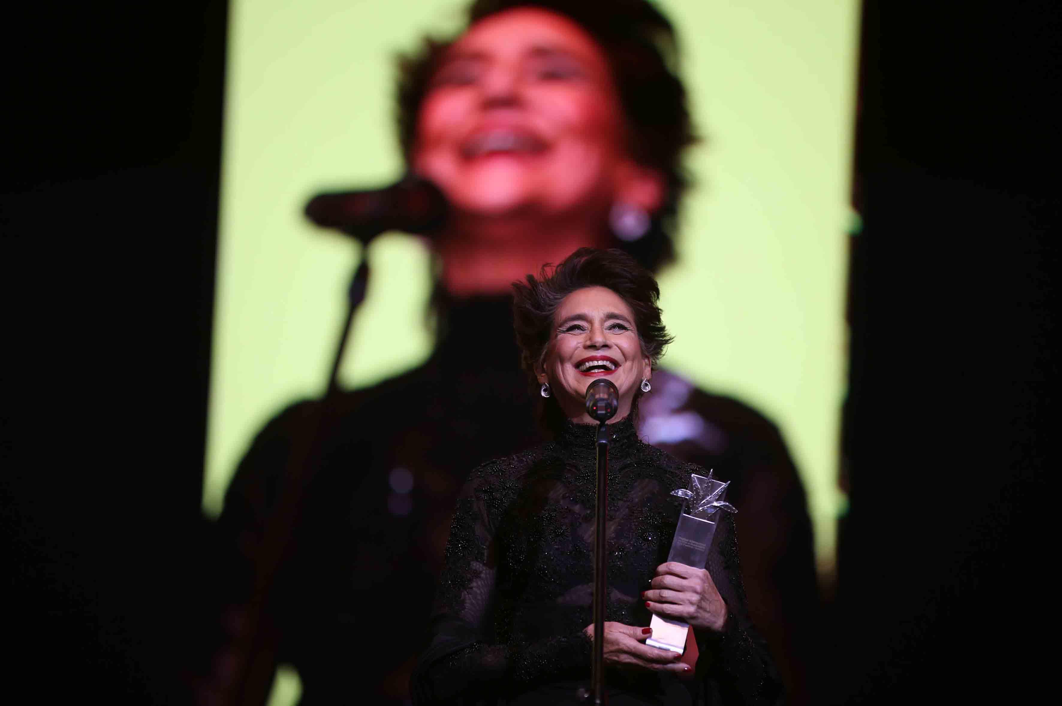 Ofelia Medina, actriz, guionista, productora y activista social mexicana, recibiendo el premio Mayahuel de Plata, durante la ceremonia.