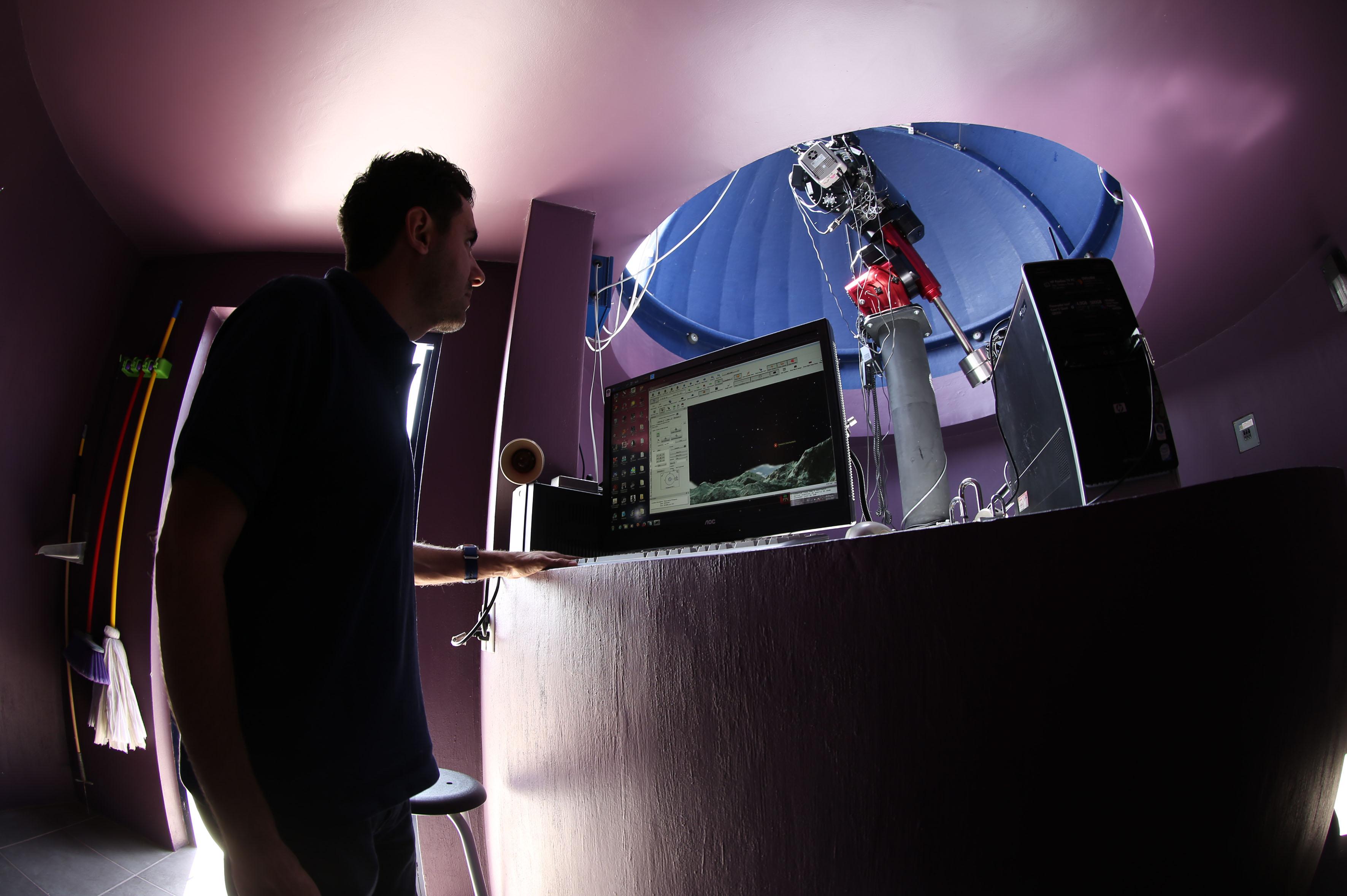 Profesor investigador de dicho departamento, doctor Gerardo Ramos Larios en el Observatorio Astronómico Robótico Primavera
