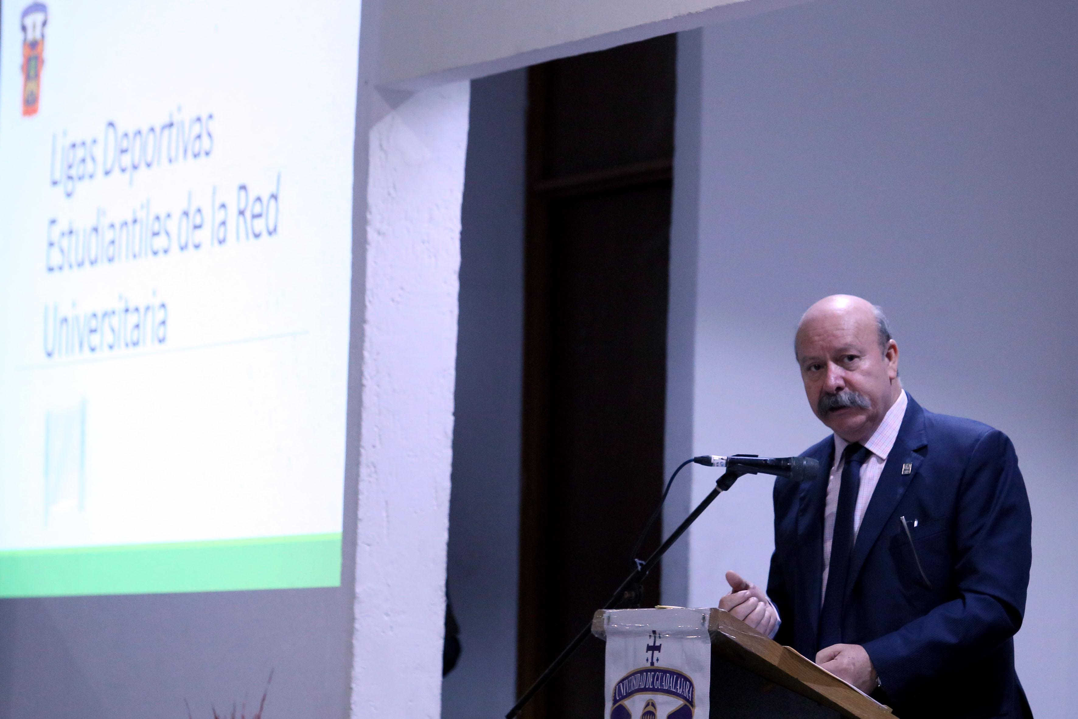 Director del SEMS, maestro Javier Espinoza de los Monteros Cárdenas haciendo uso de la voz