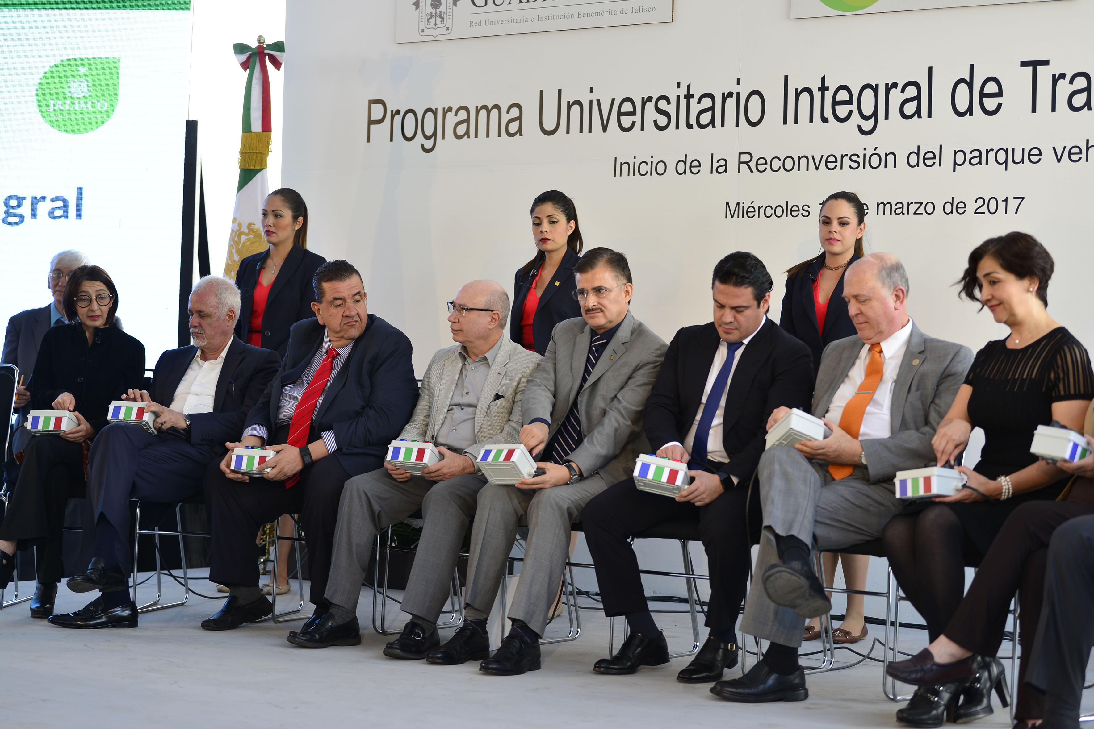 Autoridades de la Universidad de Guadalajara y del Poder Ejecutivo de Jalisco, participando en la ceremonia inaugural.