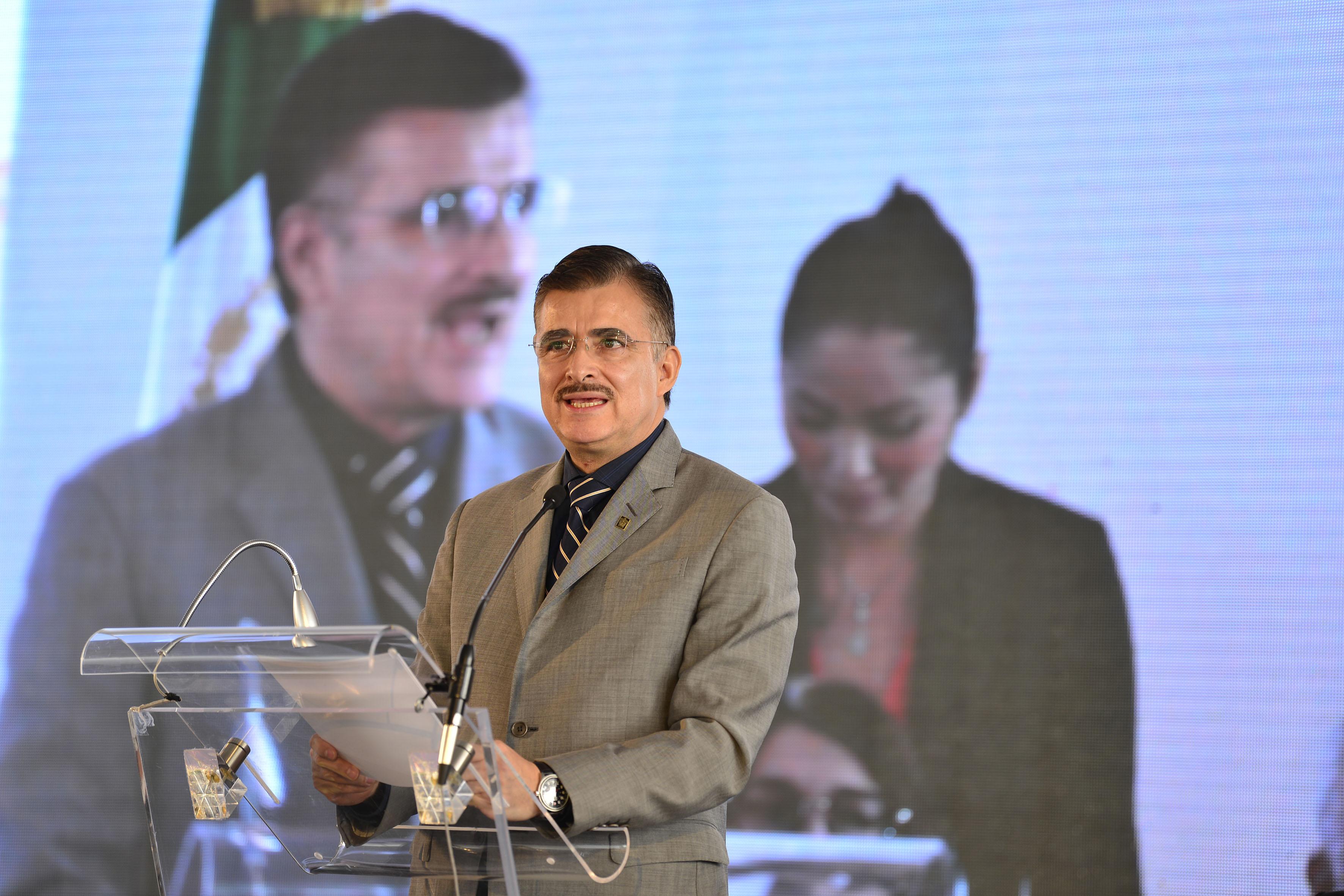 Maestro Itzcóatl Tonatiuh Bravo Padilla, Rector General de la Universidad de Guadalajara, participando en la ceremonia.