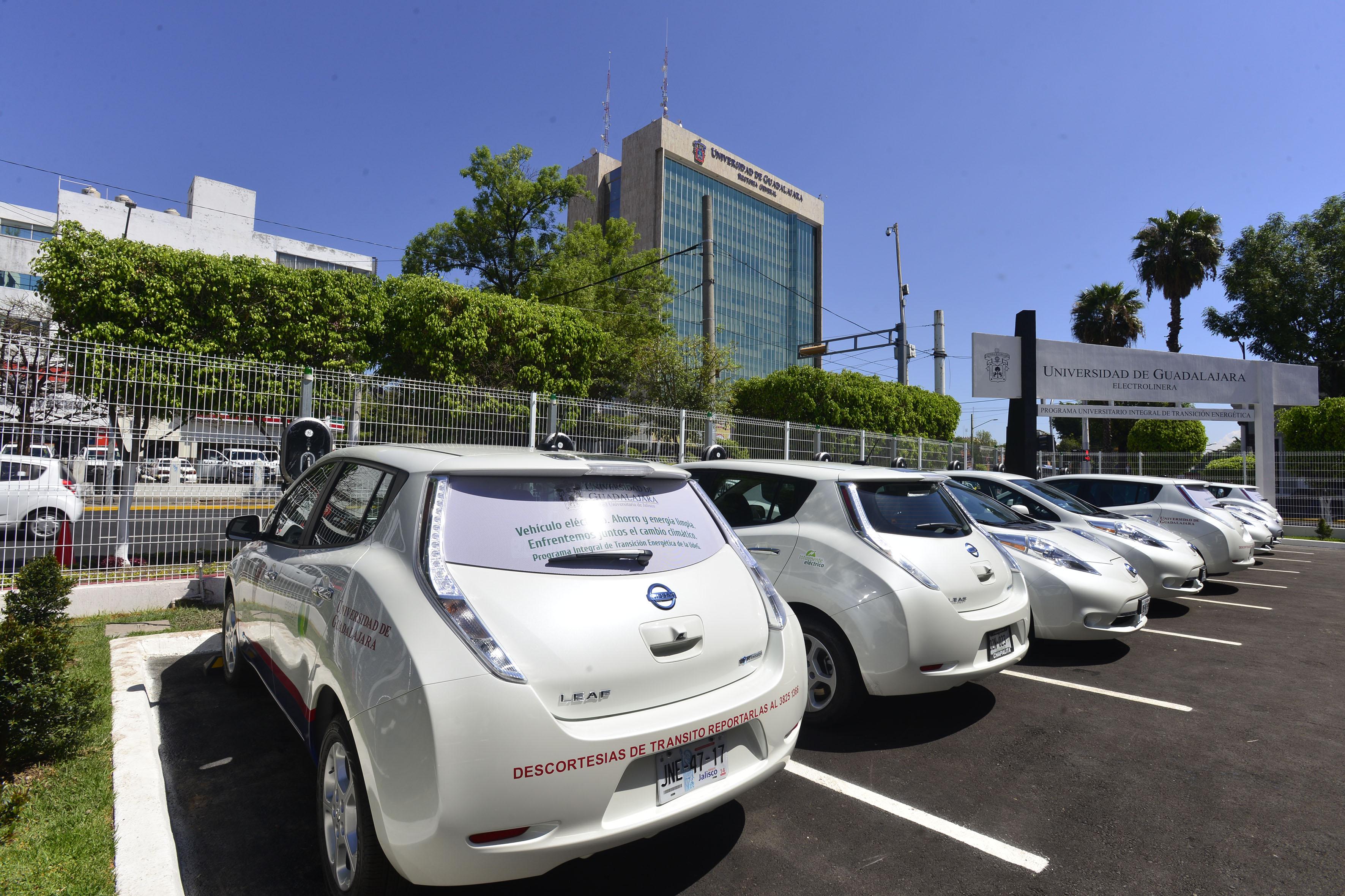 Nuevos autos ecológicos adquiridos por la Universidad de Guadalajara, como parte del Programa Universitario Integral de Transición Energética (PUITE).