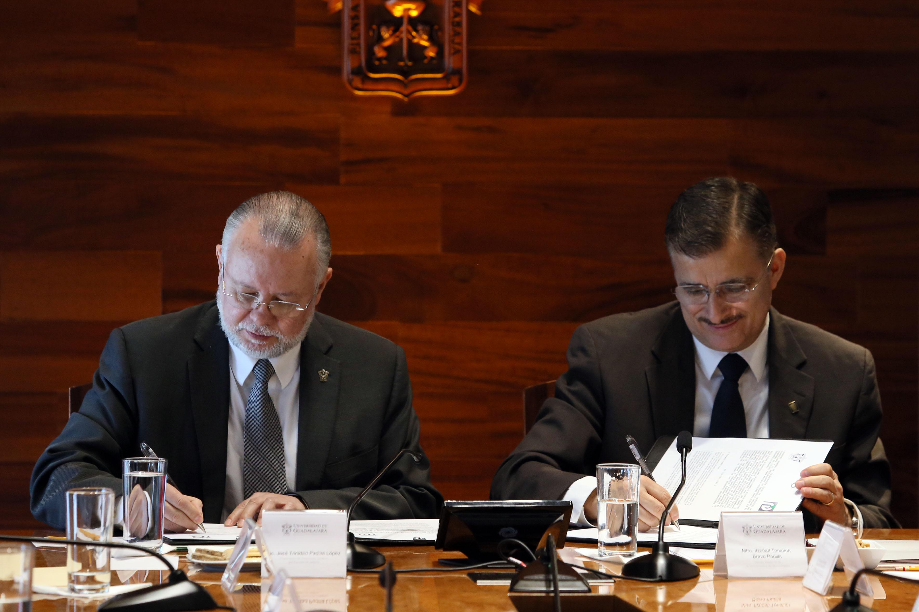 Rector General de la UdeG, maestro Itzcóatl Tonatiuh Bravo Padilla y el Lic. José Trinidad Padilla López, titular del Prodeur; firmando el convenio de colaboración que la Casa de Estudios mantendrá con la Procuraduría de Desarrollo Urbano.