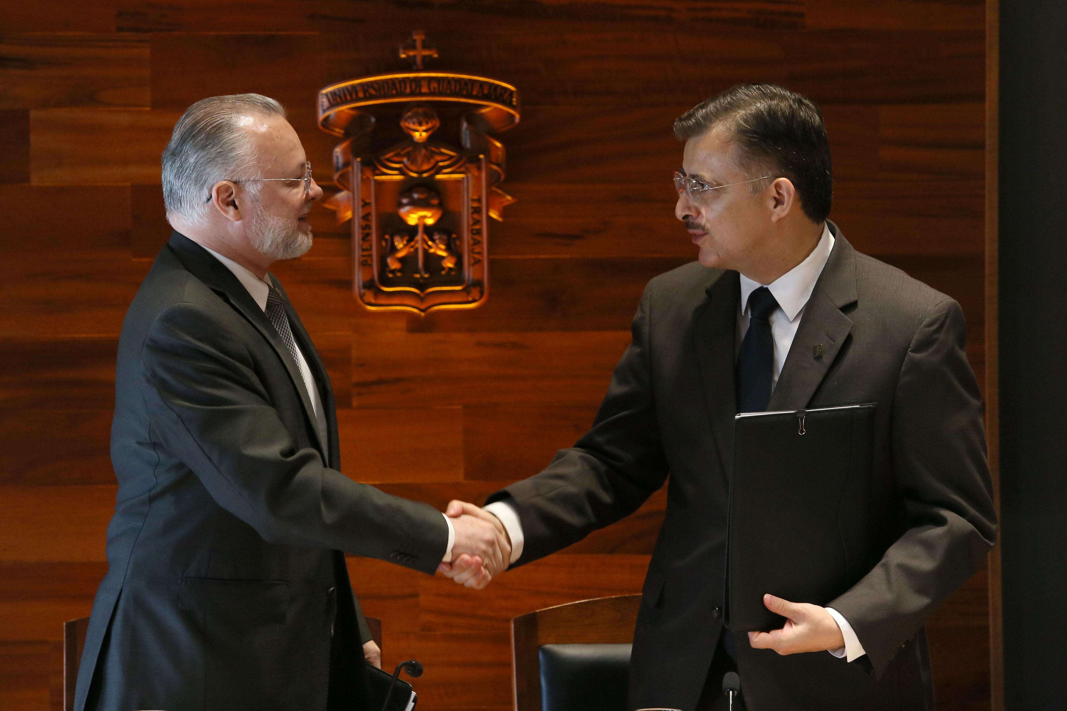 Rector General de la UdeG y  titular del Prodeur, felicitándose mútuamente por el convenio firmado.