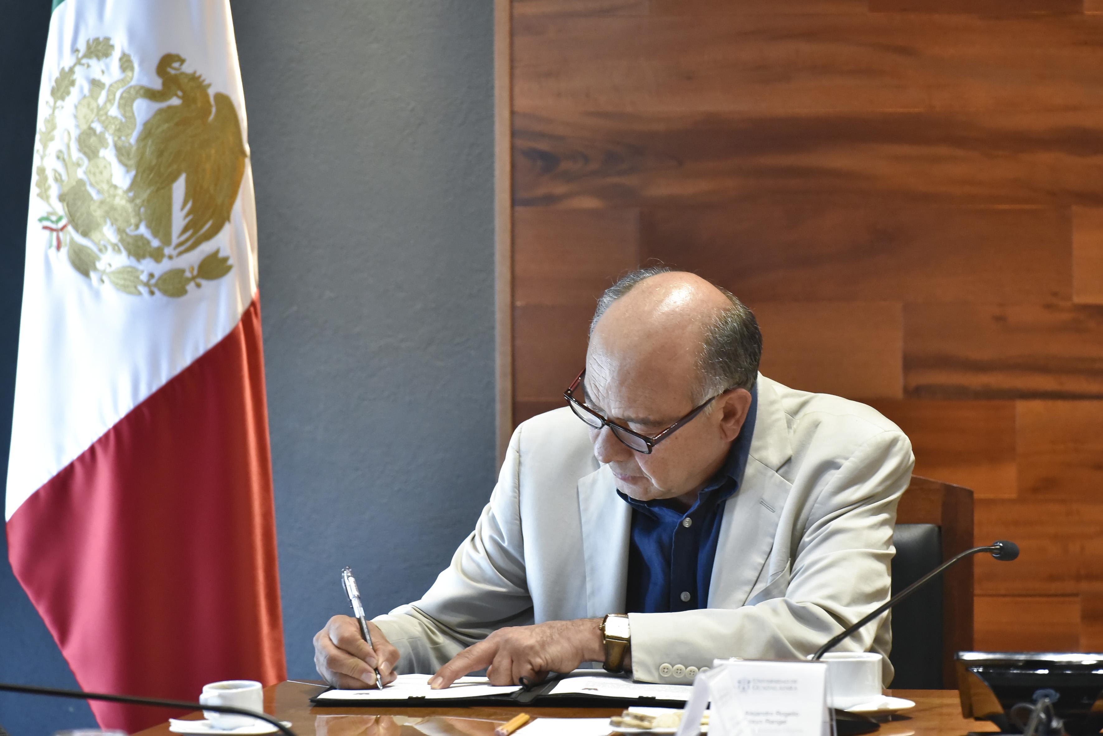 Doctor Alejandro Rogelio Pelayo Rangel, director general de la Cineteca Nacional firmando convenio