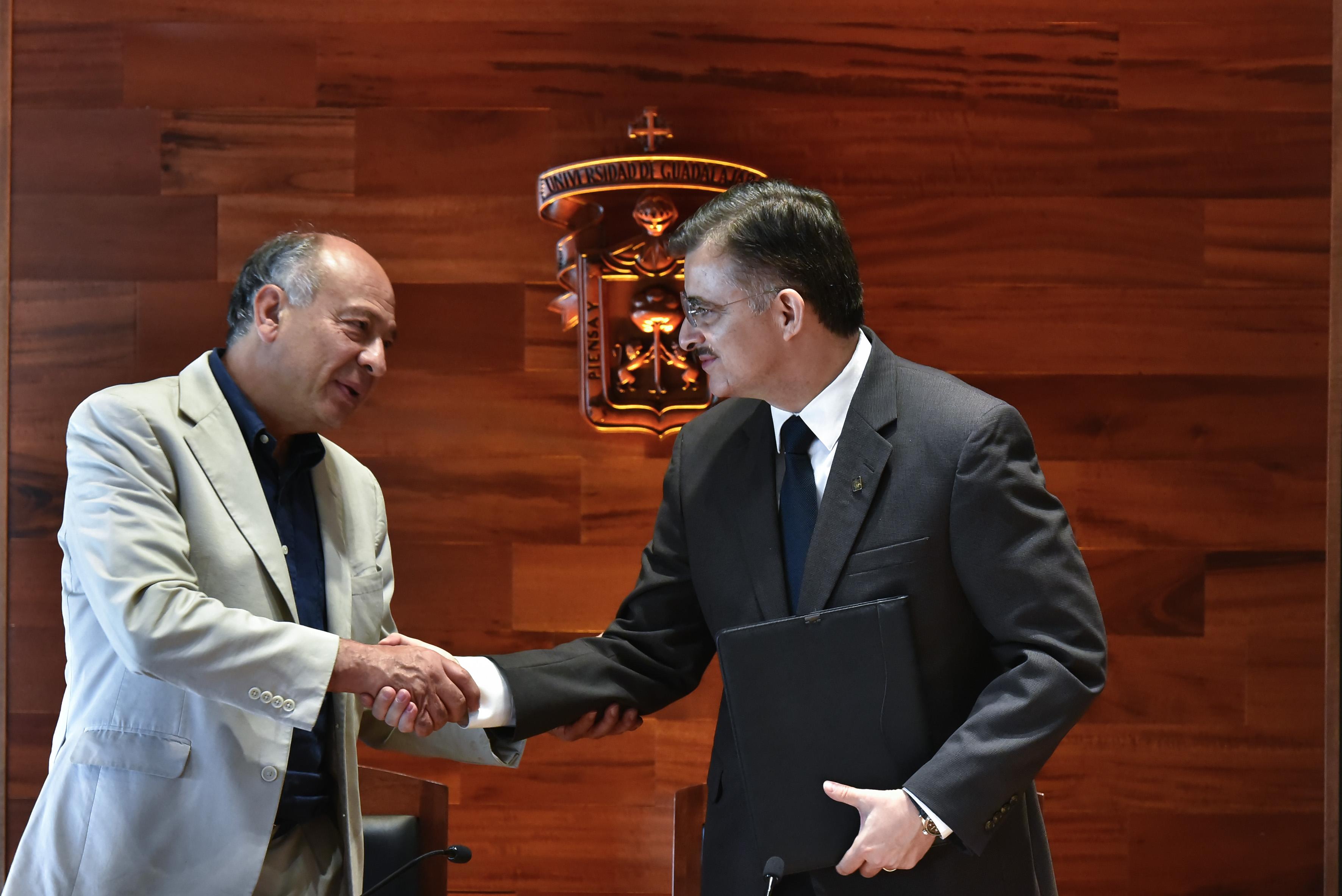 Maestro Itzcóatl Tonatiuh Bravo Padilla y el doctor Alejandro Rogelio Pelayo Rangel, firmaron un convenio