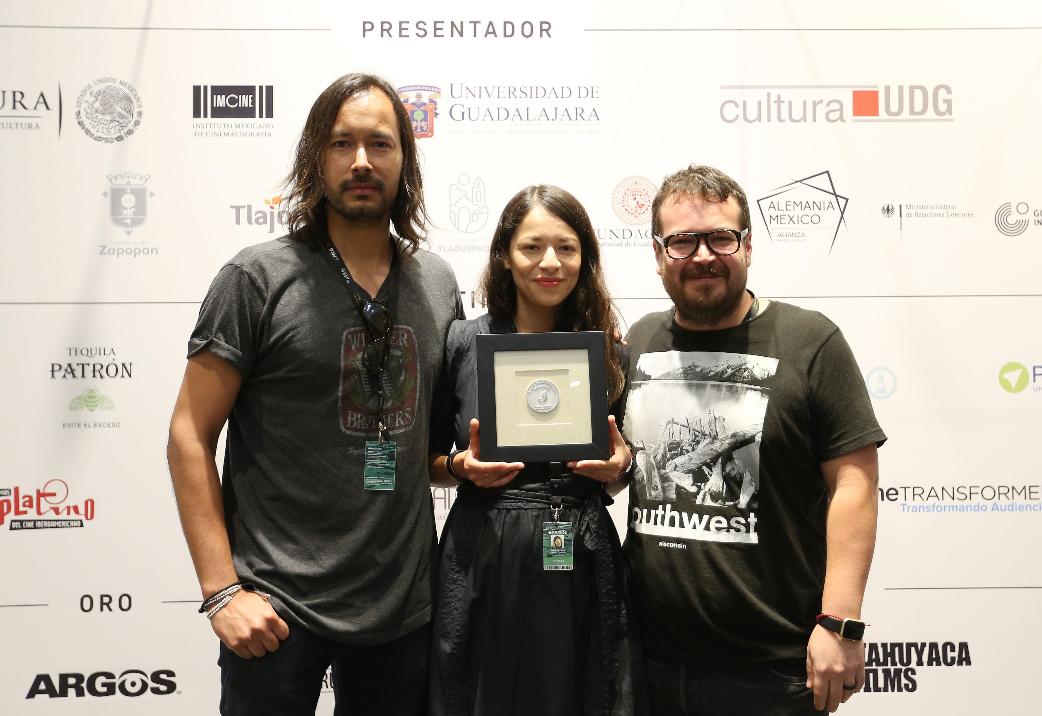 Sofía Carrillo y su equipo, mostrando el premio recibido por Cerulia como uno de los mejores cortometrajes jaliscienses 2017.