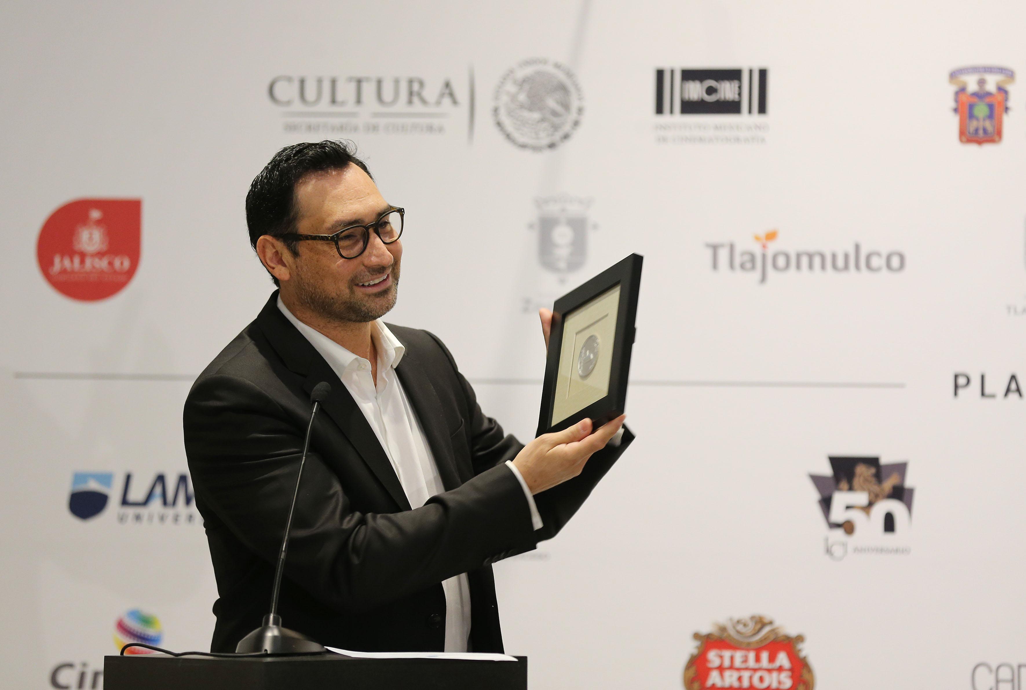 Ganador de uno de los premios paralelos, mostrando al público su reconocimiento.