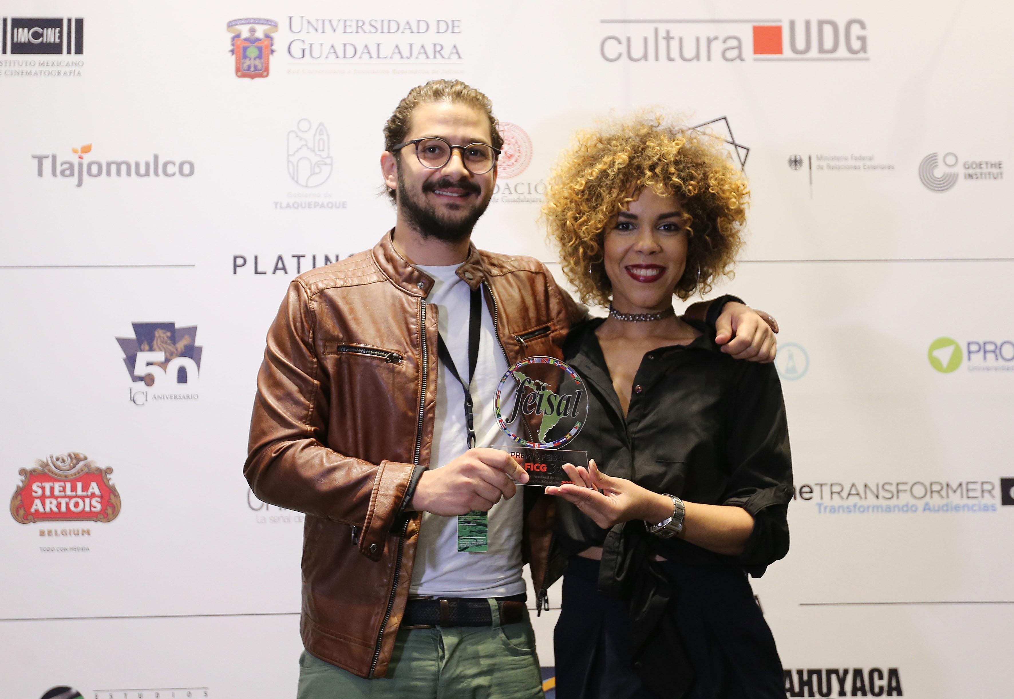 El director José María Cabral, mostrando el premio recibido por la FEISAL.