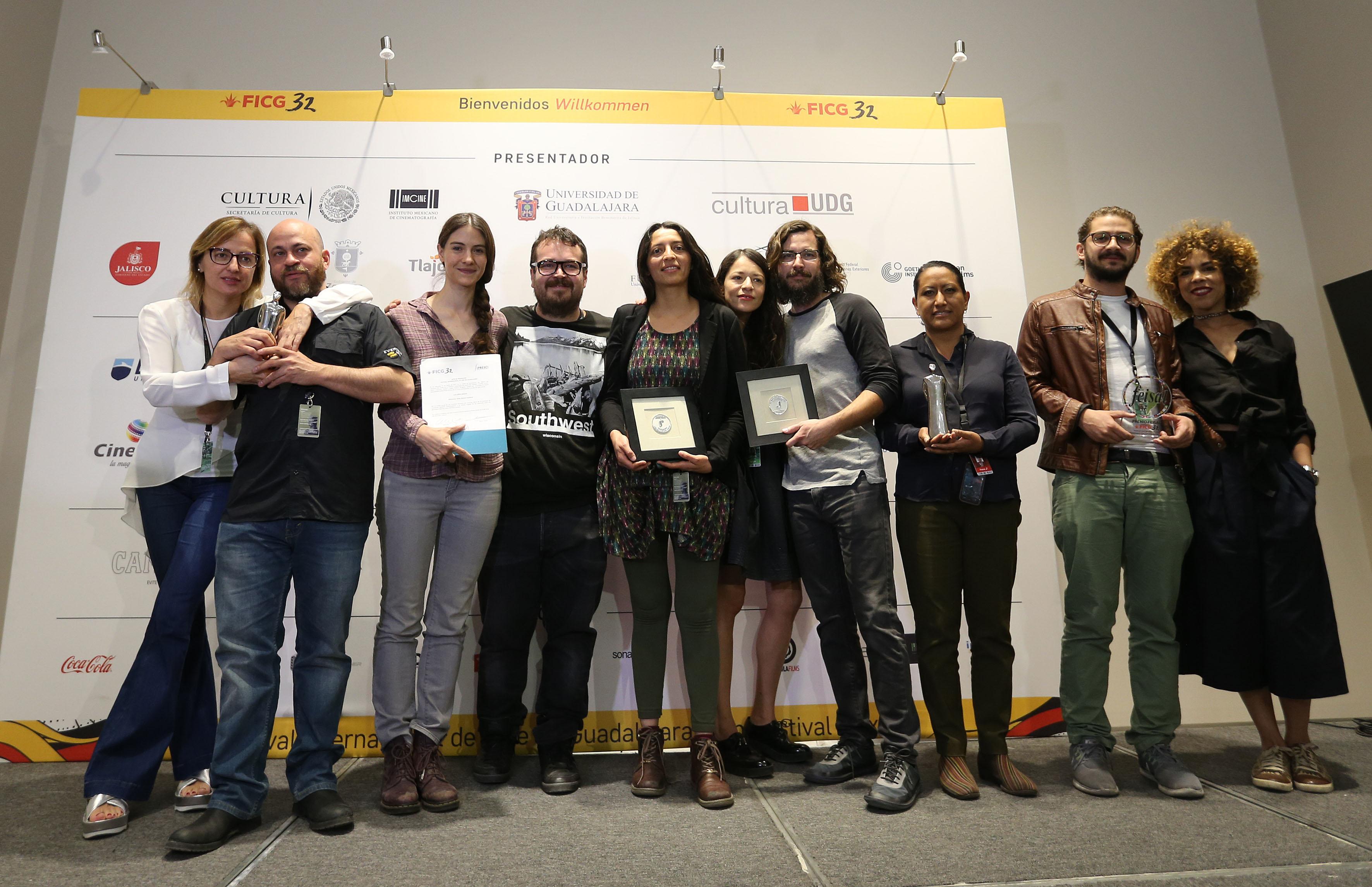 Ganadores de los premios paralelos 2017, exhibiendo sus reconocimientos.