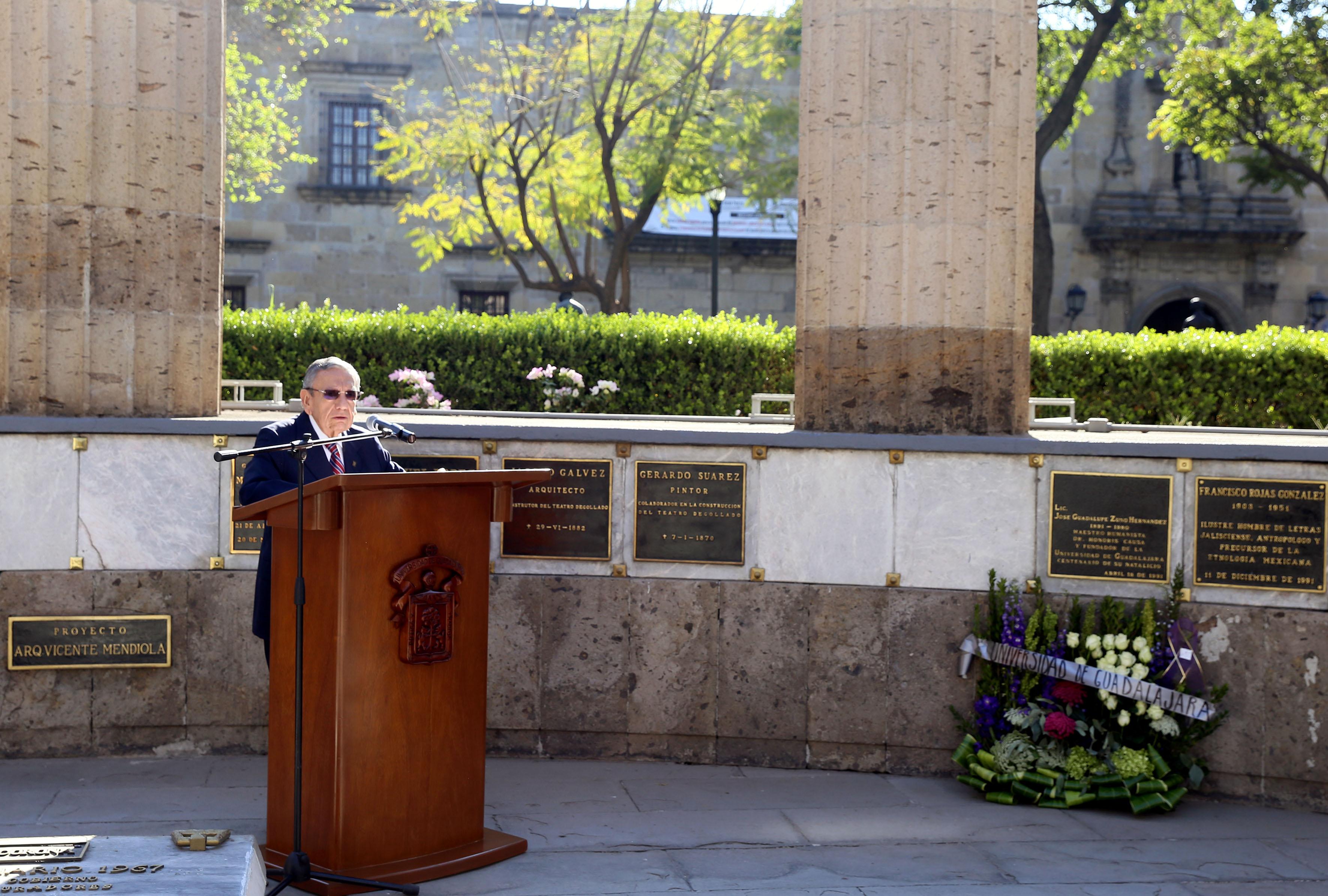 El Maestro Emérito de la UdeG, Adalberto Ortega Solís, en podium instalado en la Rotonda de los hombres ilustres, hacendo uso de la palabra.
