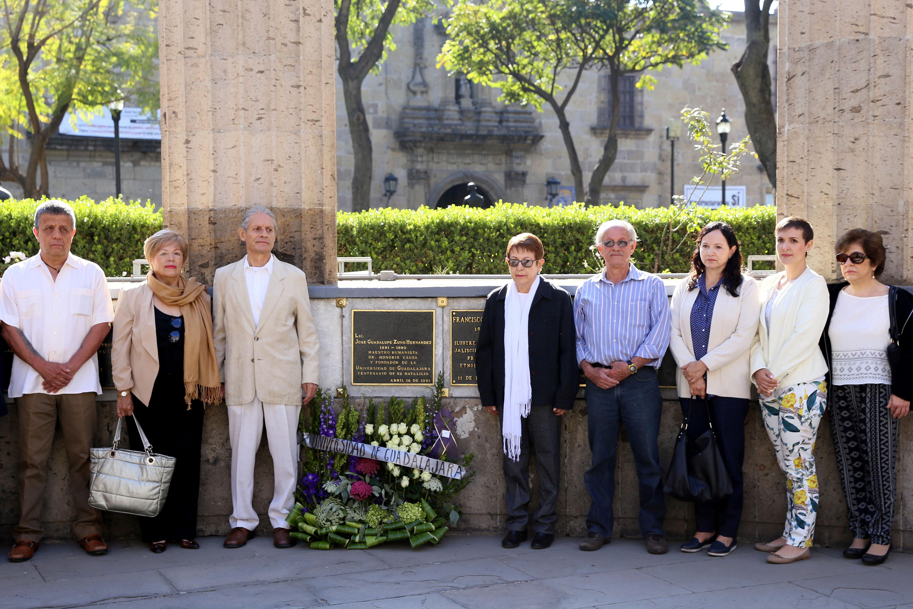 Familiares y amigos reuinidos en la Rotonda de los hombres ilustres, en conmemoración al aniversario luctuoso de José Guadalupe Zuno.
