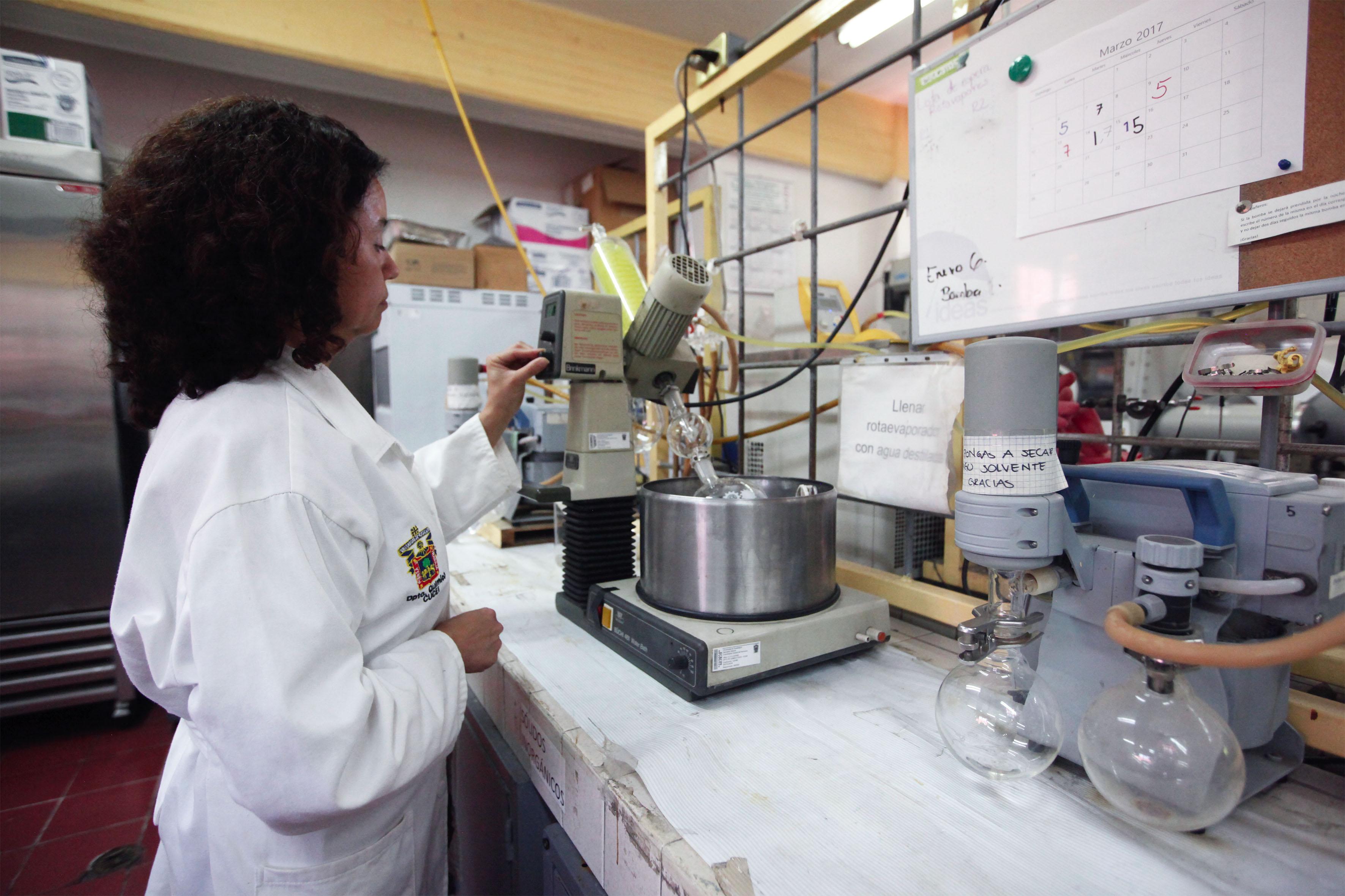 Investigadora realizando muestras, en el laboratorio de síntesis orgánica, del Centro Universitario de Ciencias Exactas e Ingenierías (CUCEI).