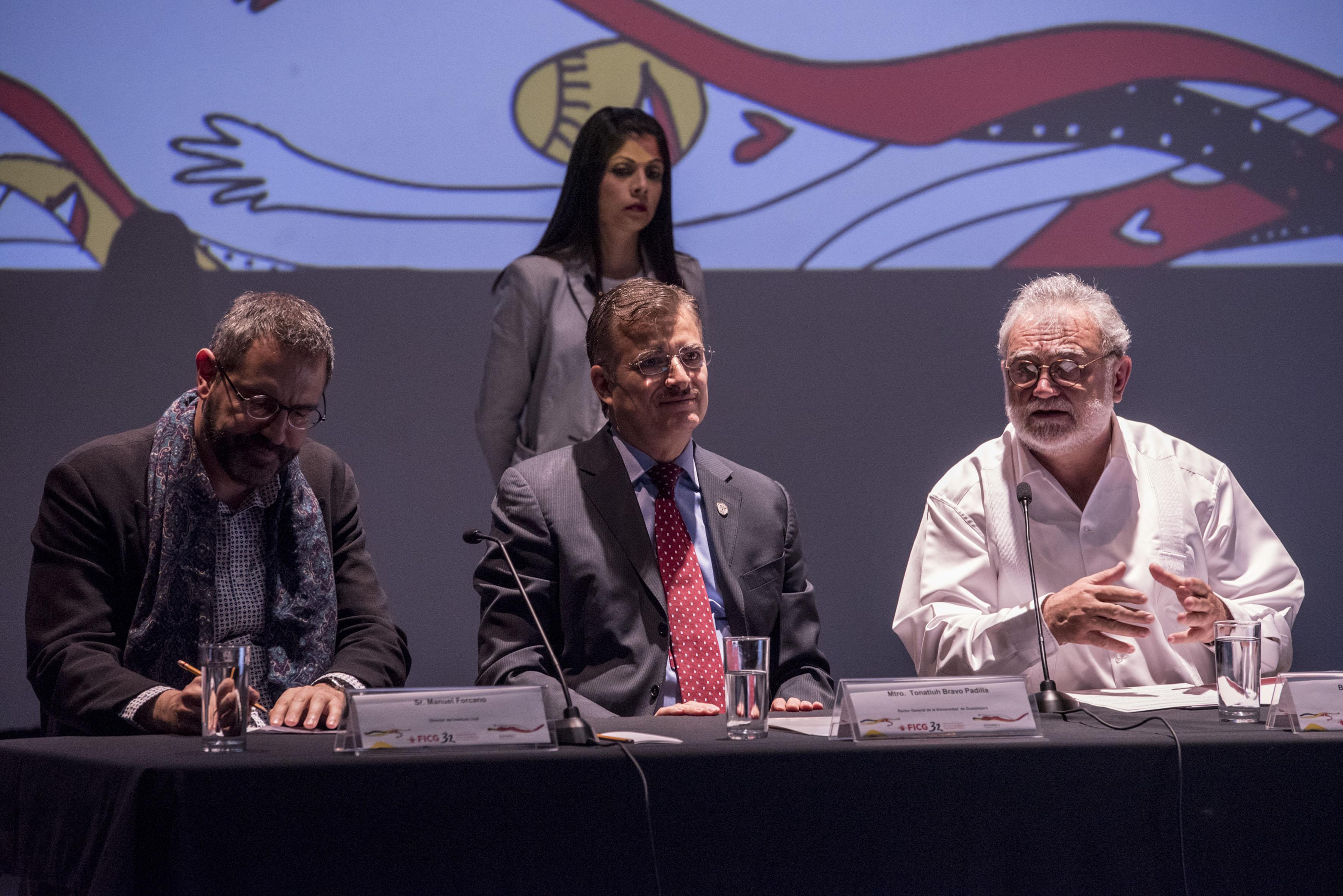A la izquierda el Sr. Manuel Forcano, al centro el Rector general de la Universidad de Guadalajara y a la derecha el presidente general de la FICG, en rueda de prensa para dar a conocer los ganadores de los premios palmares y el próximo invitado de honor.