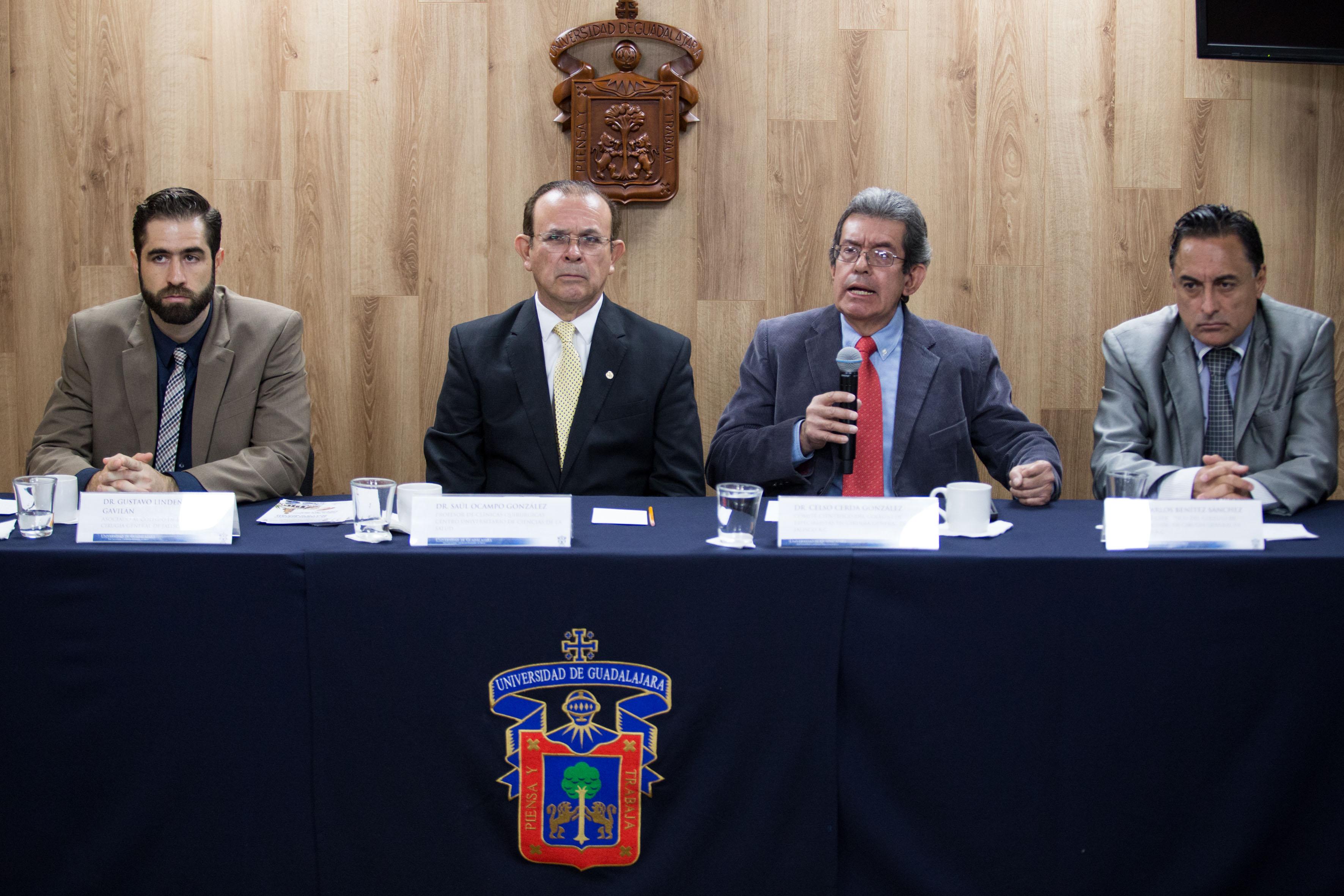 Doctor Celso Cerda González, miembro del comité científico del CECGJ, con micrófono en mano, haciendo uso de la palabra.