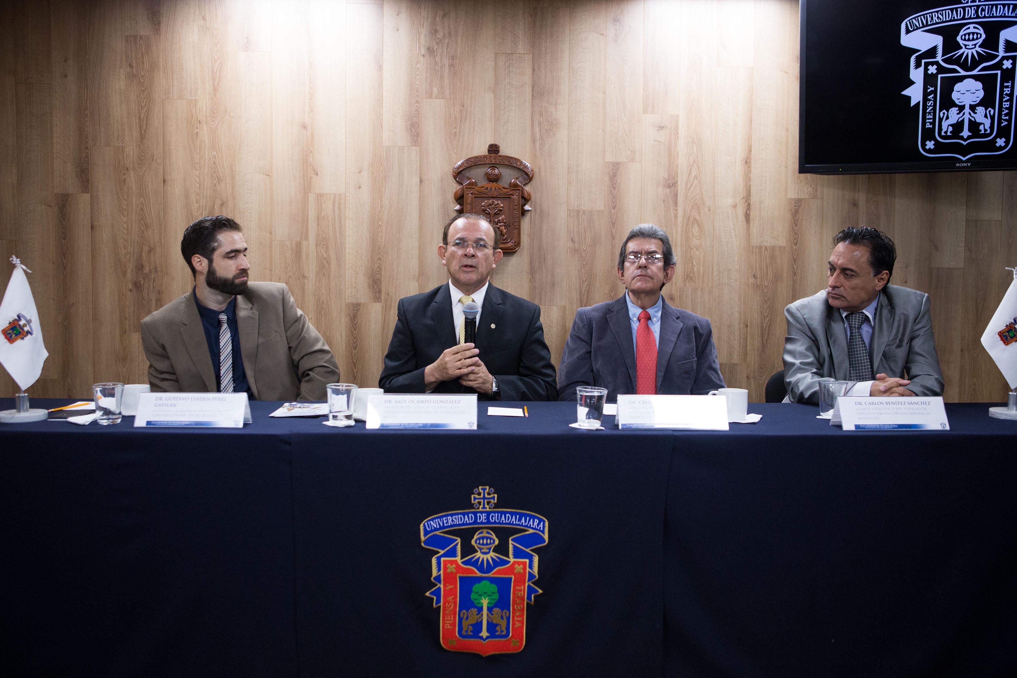 Especialistas participantes dando a conocer la reunión regional de occidente de la asociación mexicana de ciruga general.
