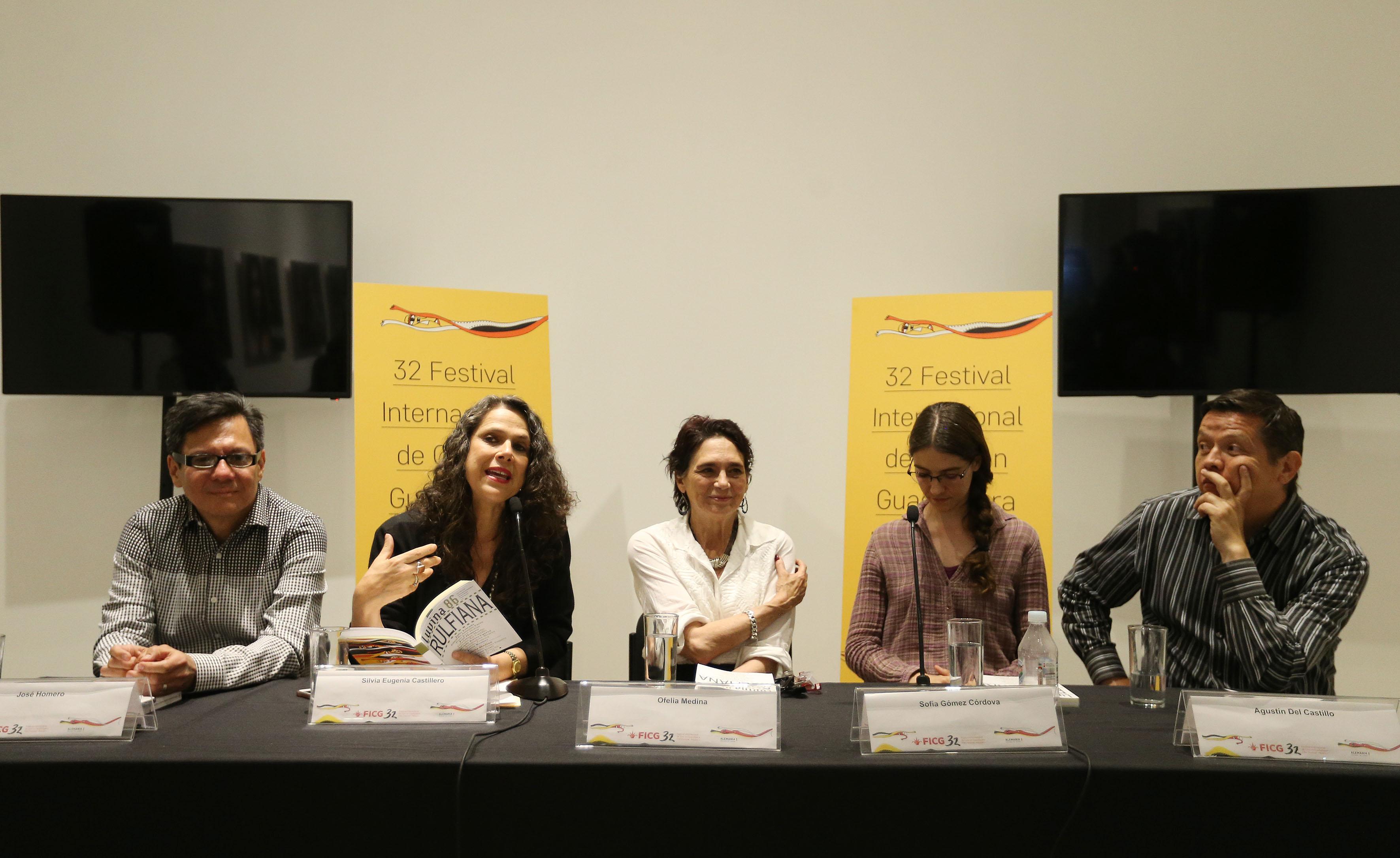 Silvia Eugenia Castillero, directora de la publicación haciendo uso de la voz en la presentación numero 86 de la revista literaria de la Universidad de Guadalajara (UdeG), en el marco del 32 Festival Internacional de Cine en Guadalajara (FICG)
