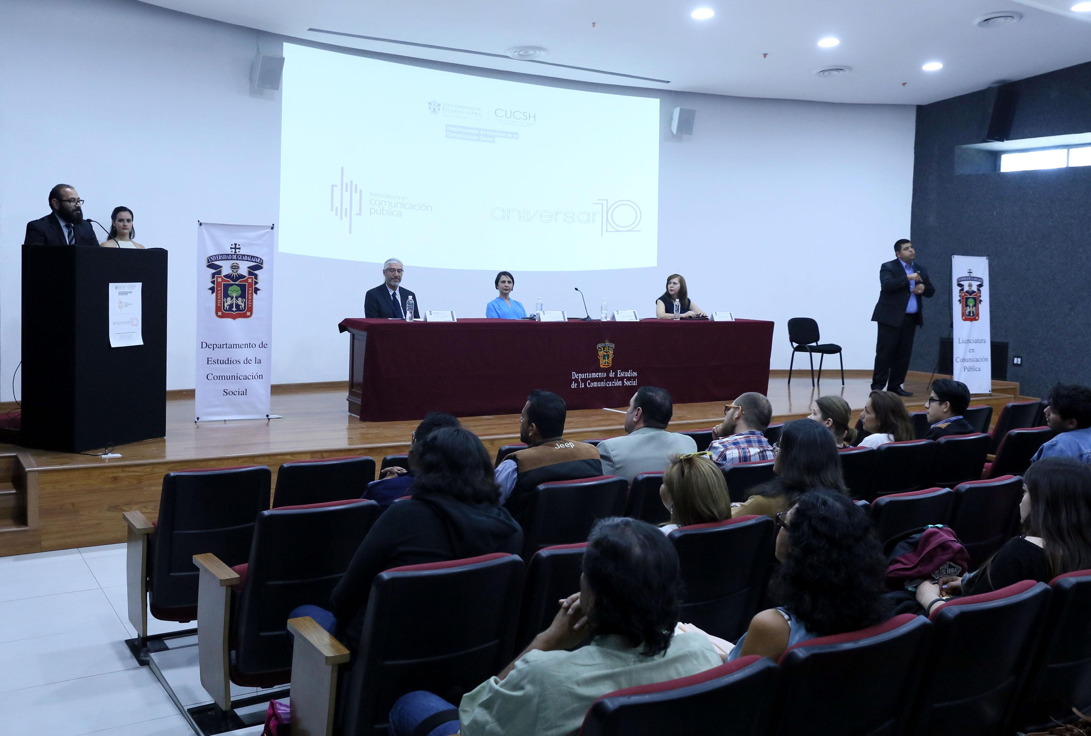 Coordinador de esta licenciatura, doctor Carlos Emiliano Vidales Gonzáles haciendo uso de la palabra