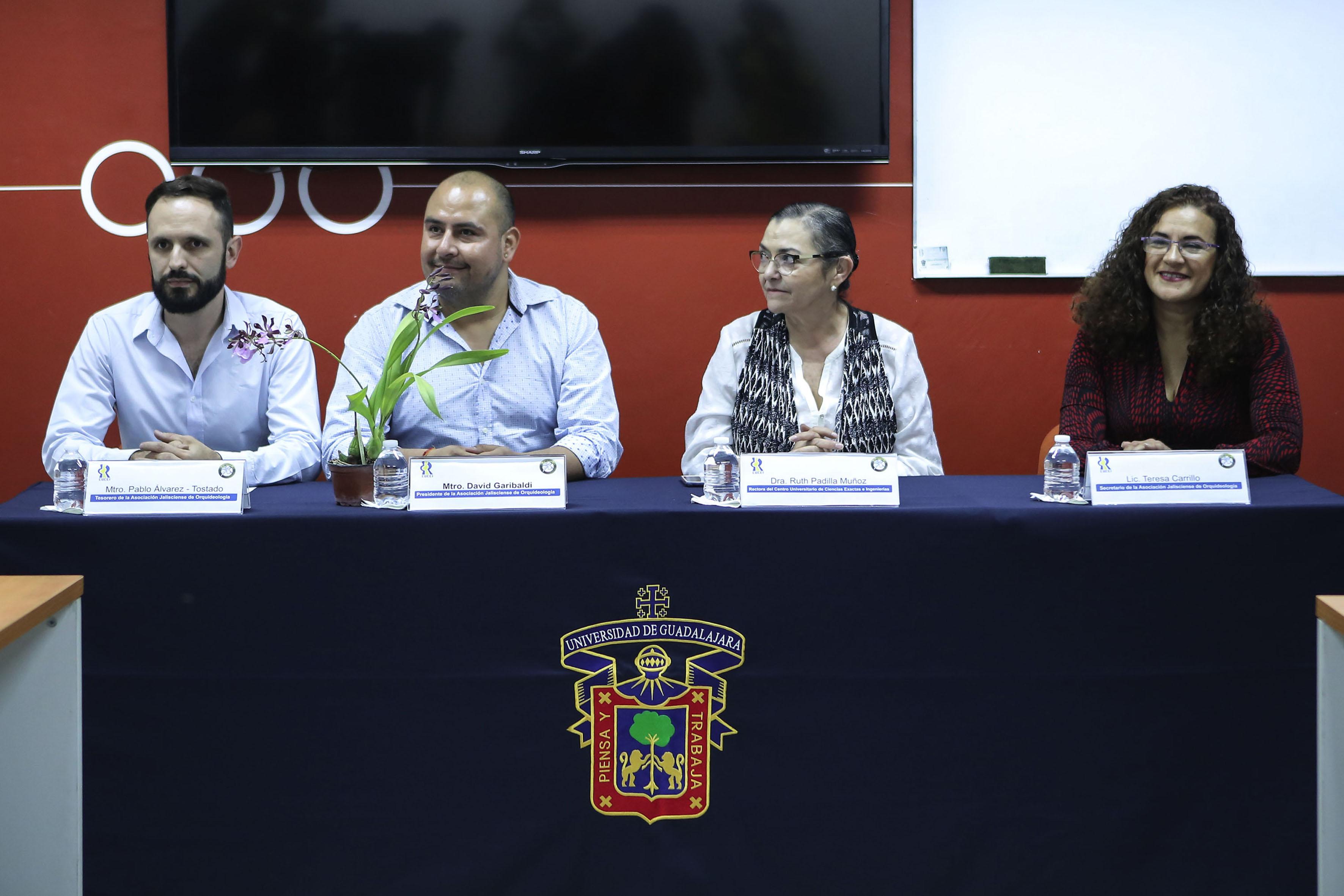 Representantes de la Asociación Jalisciense de Orquideología y Rectora del CUCEI, participando en la charla para la reintroducción urbana de orquídeas.