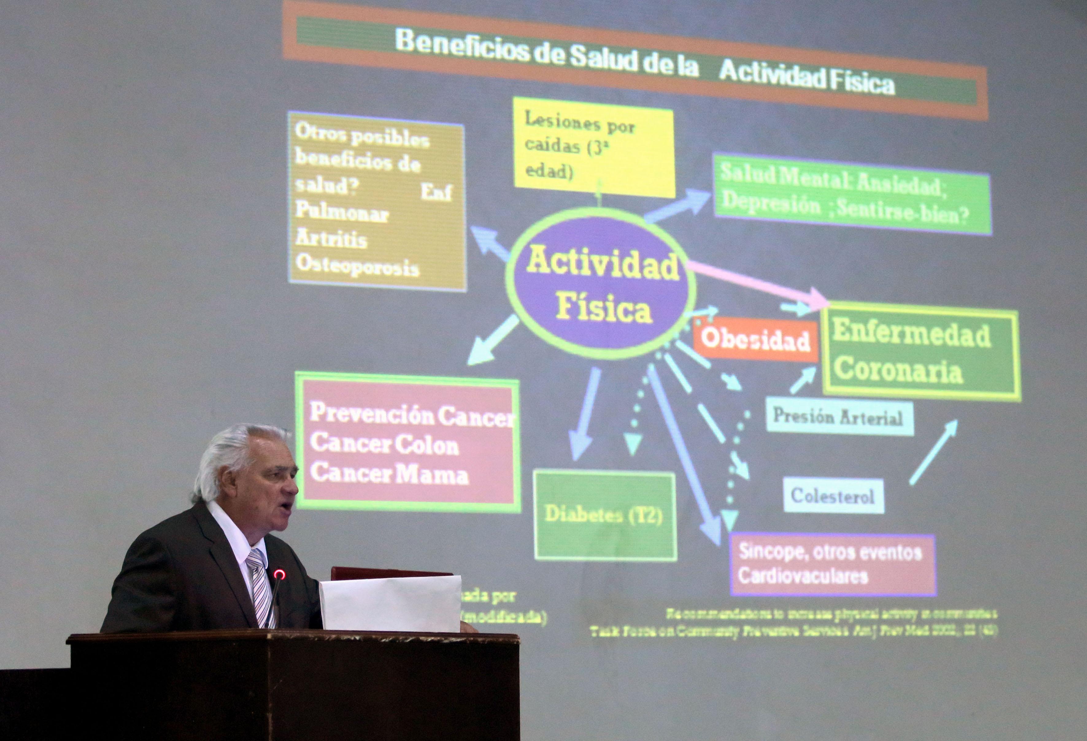 Doctor Juan Ricardo López Taylor, director del Instituto de Ciencias Aplicadas a la Actividad Física y al Deporte Presentando esquema de beneficios de salud de la actividad fisica