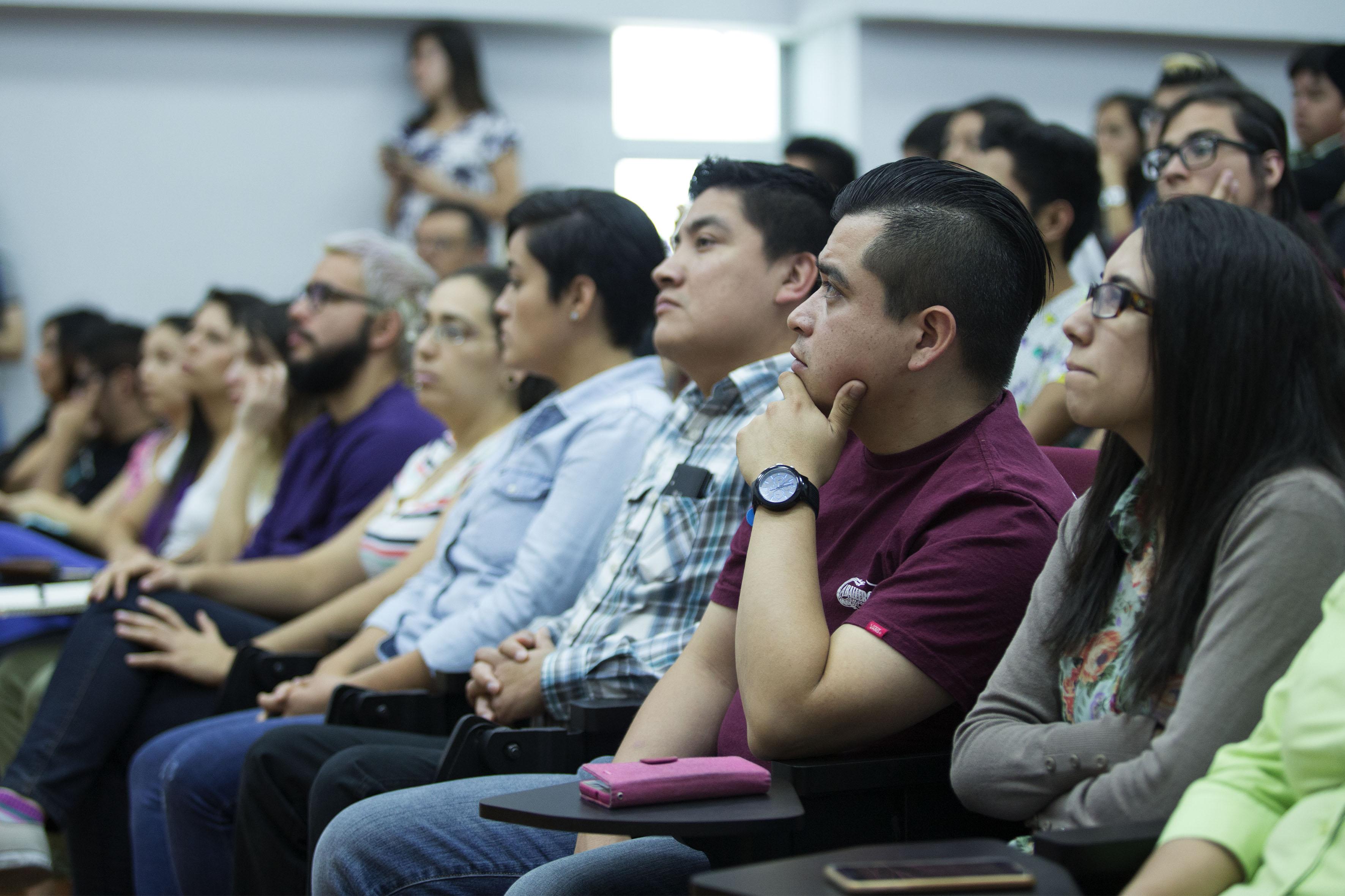Estudiantes de la maestría en Ergonomía, participando en la charla del Académico de la Universidad Federal de Pernambuco, en Brasil, doctor Marcelo Márcio Soares