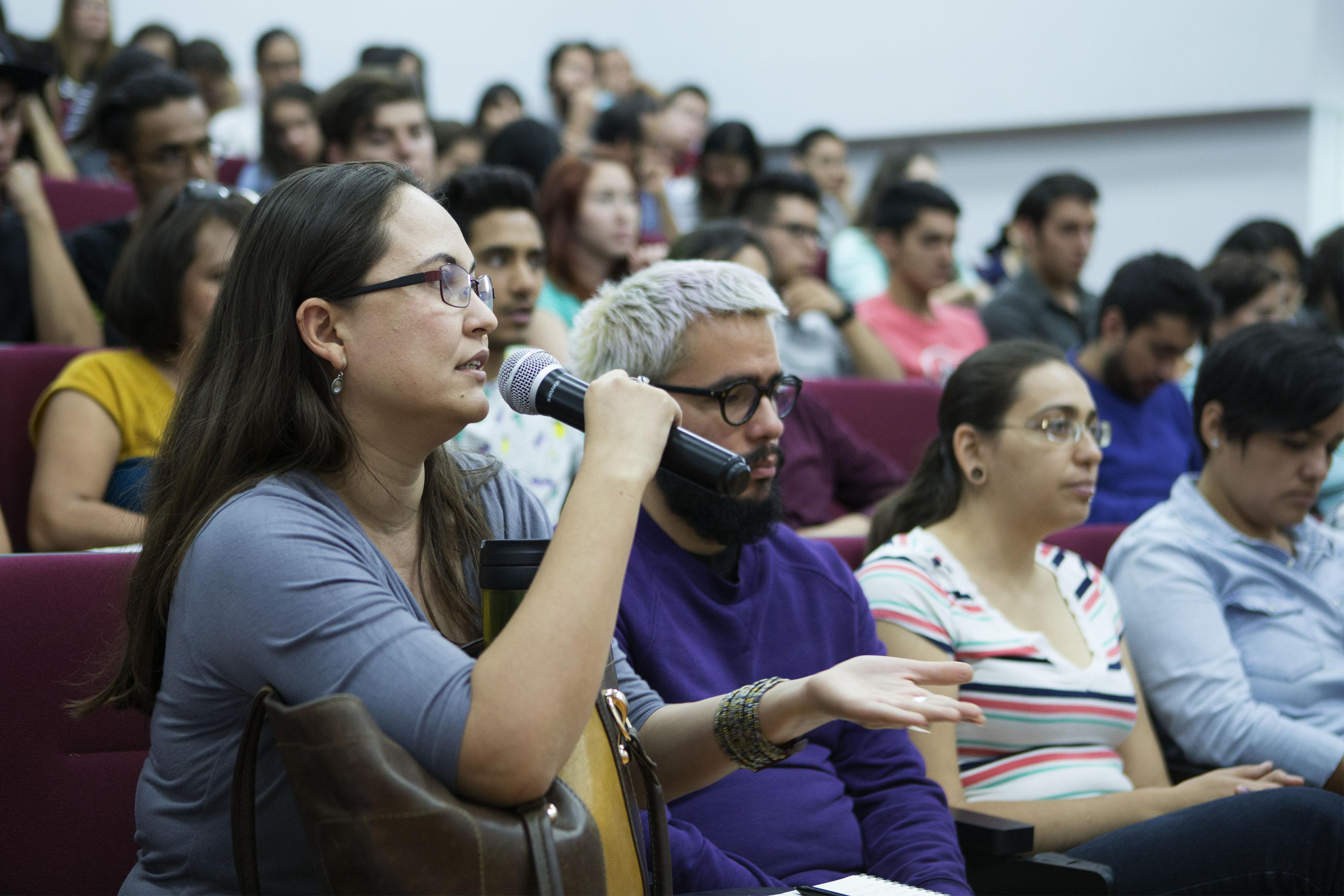 Estudiante  de la maestría en Ergonomía, participando en la charla del Académico de la Universidad Federal de Pernambuco, en Brasil, doctor Marcelo Márcio Soares