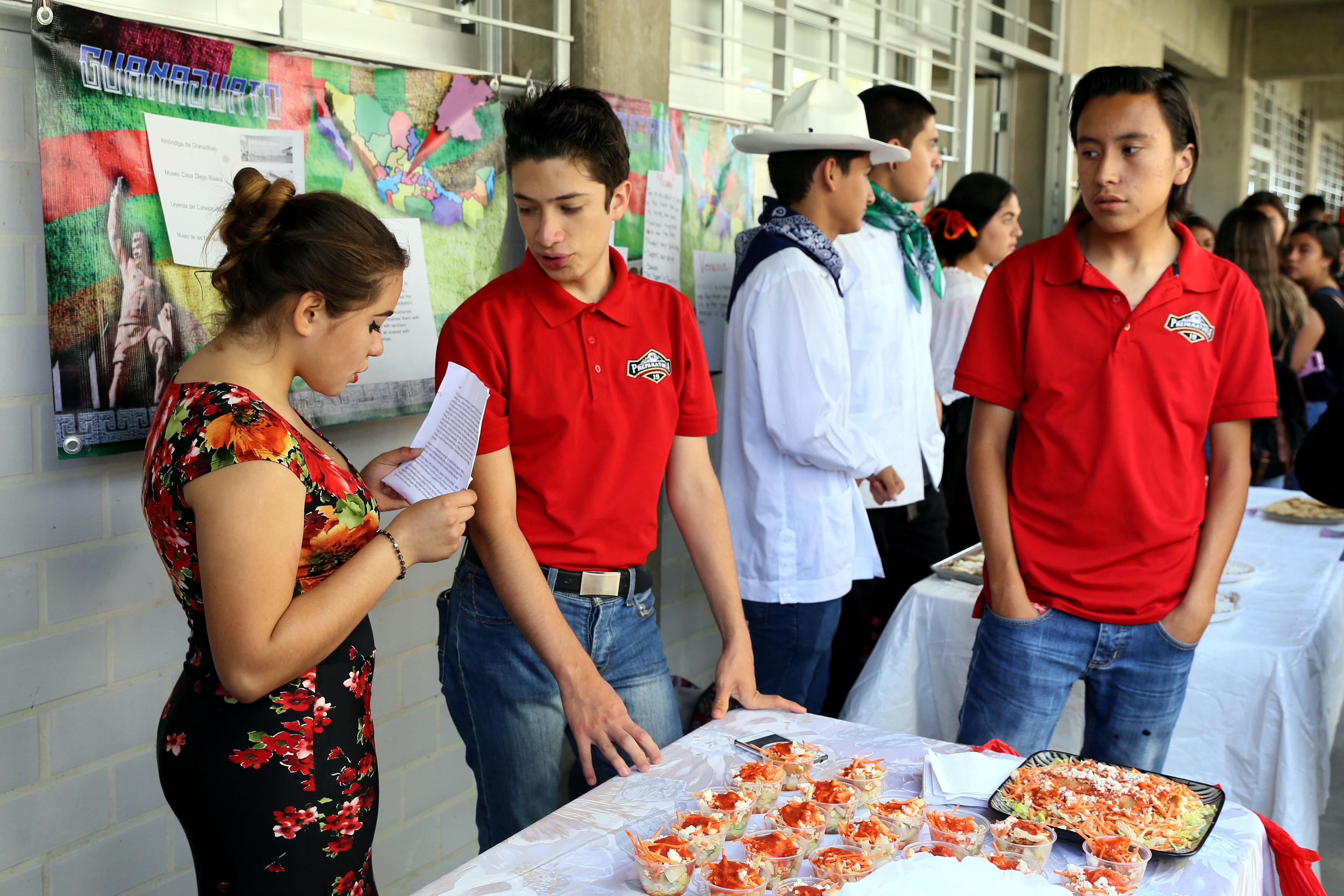 Alumnos de la  preparatoria 19 presentando gastronomía de Guanajuato