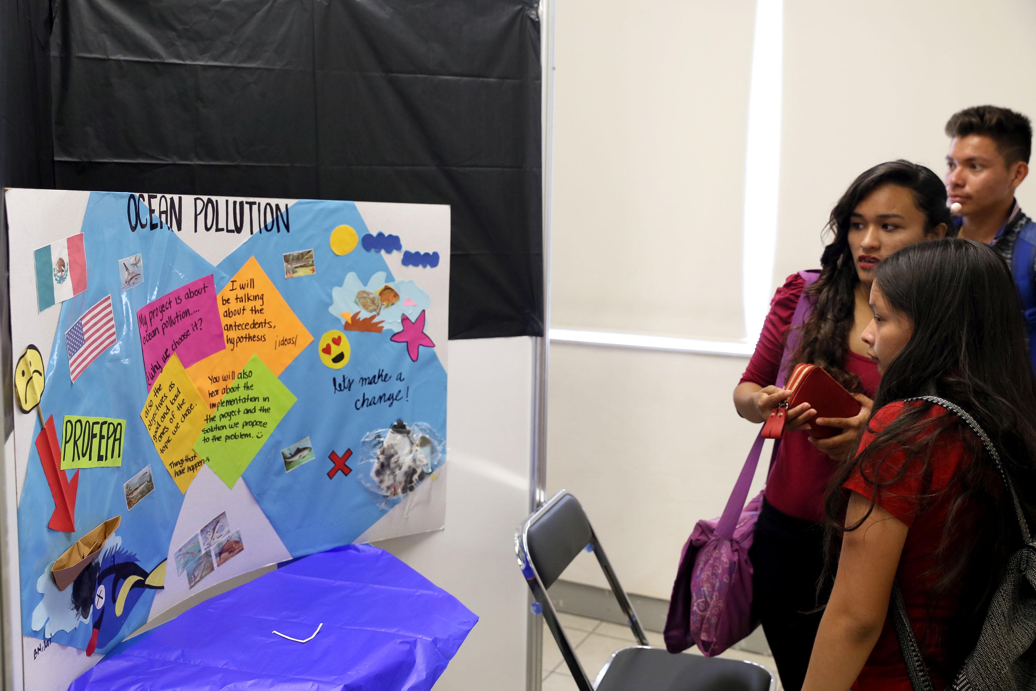 Exposición de la Contaminación oceánica en proyectos bilingues