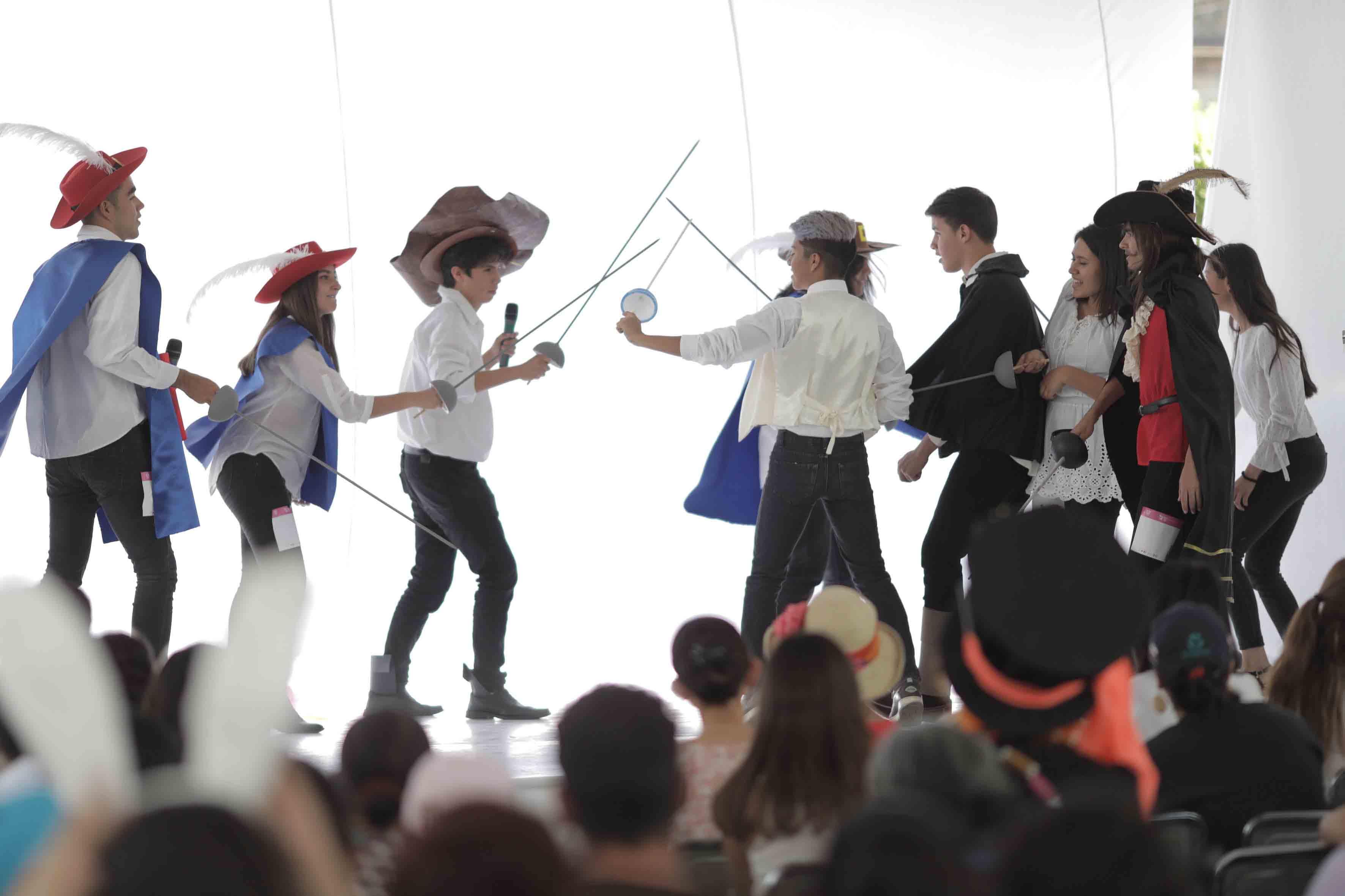 """Breve pieza teatral de la obra """"Los tres mosqueteros"""", representada en la rambla Cataluña de la Universidad de Guadalajara."""