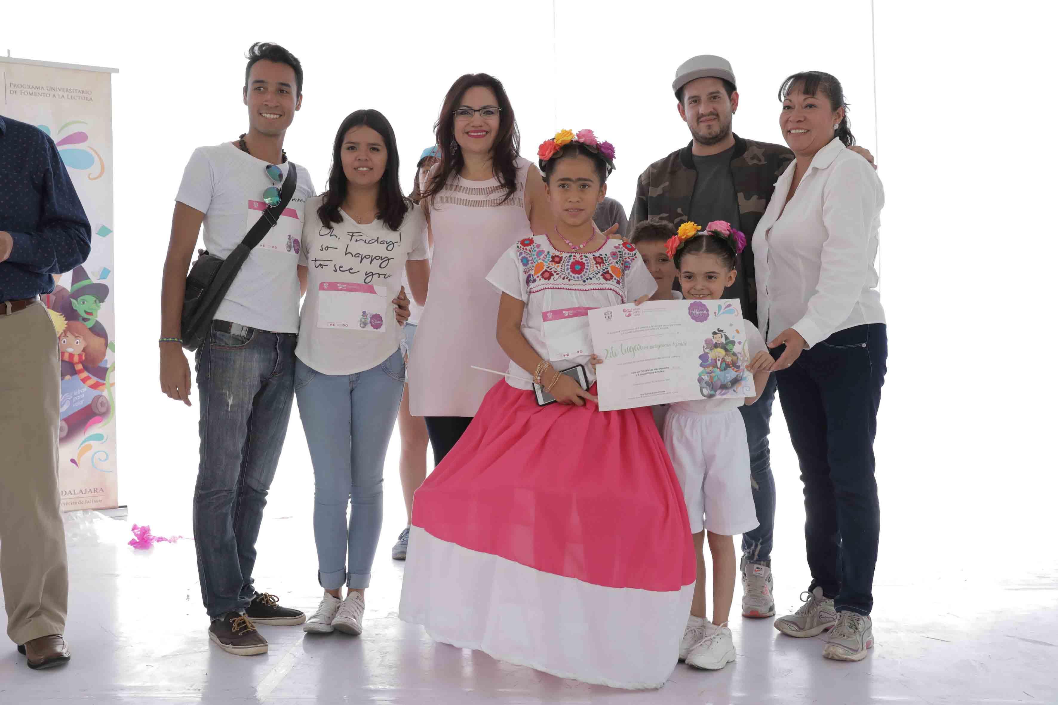 """Doctora Patricia Rosas Chávez, titular de la Coordinación de Innovación Educativa y Pregrado (CIEP), entregando premio de Segundo lugar a la obra """"Frida"""" de la Escuela Ramón López Velarde."""