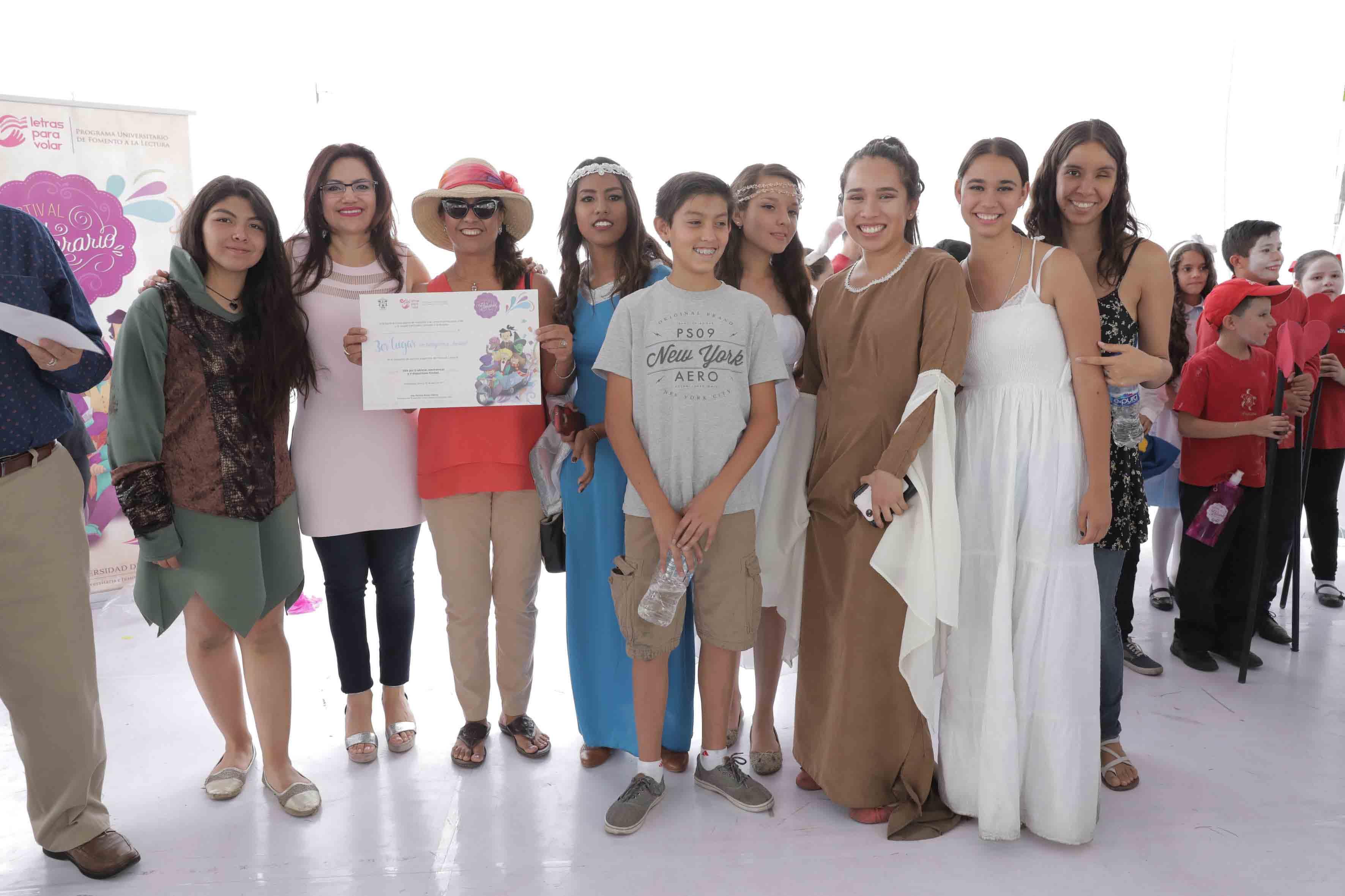 """Ceremonia de premiación del Tercer lugar, como categoría juvenil, para la obra """"El Señor de los Anillos"""", representada por la Preparatoria 13."""