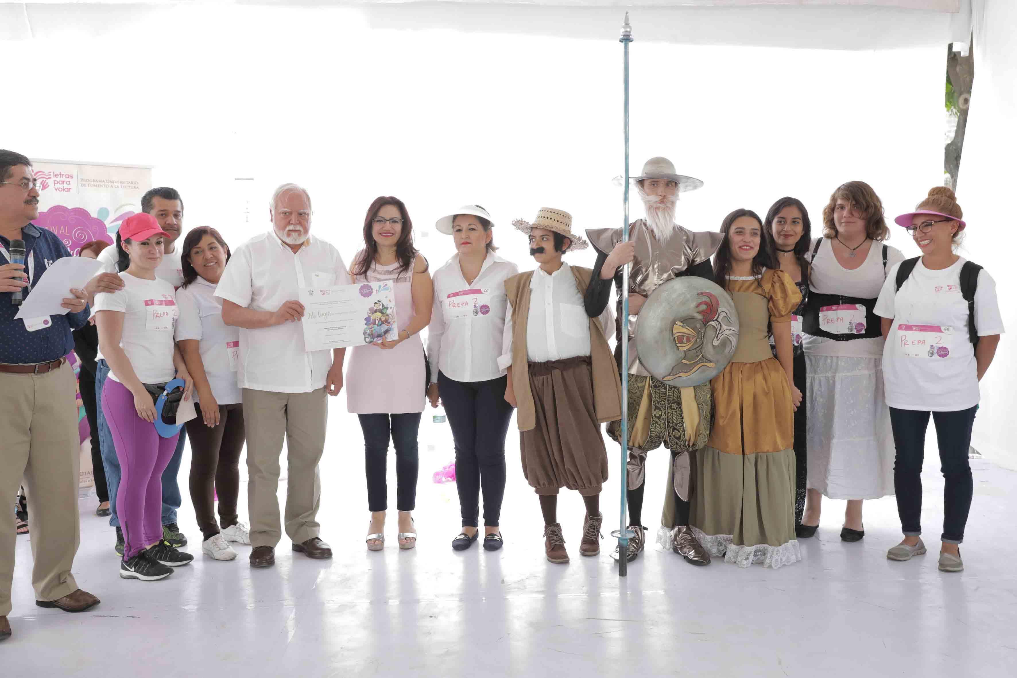 """Ceremonia de premiación del Segundo lugar, como categoría juvenil para la obra """"Don Quijote de la Mancha"""", representada por la Preparatoria 2."""