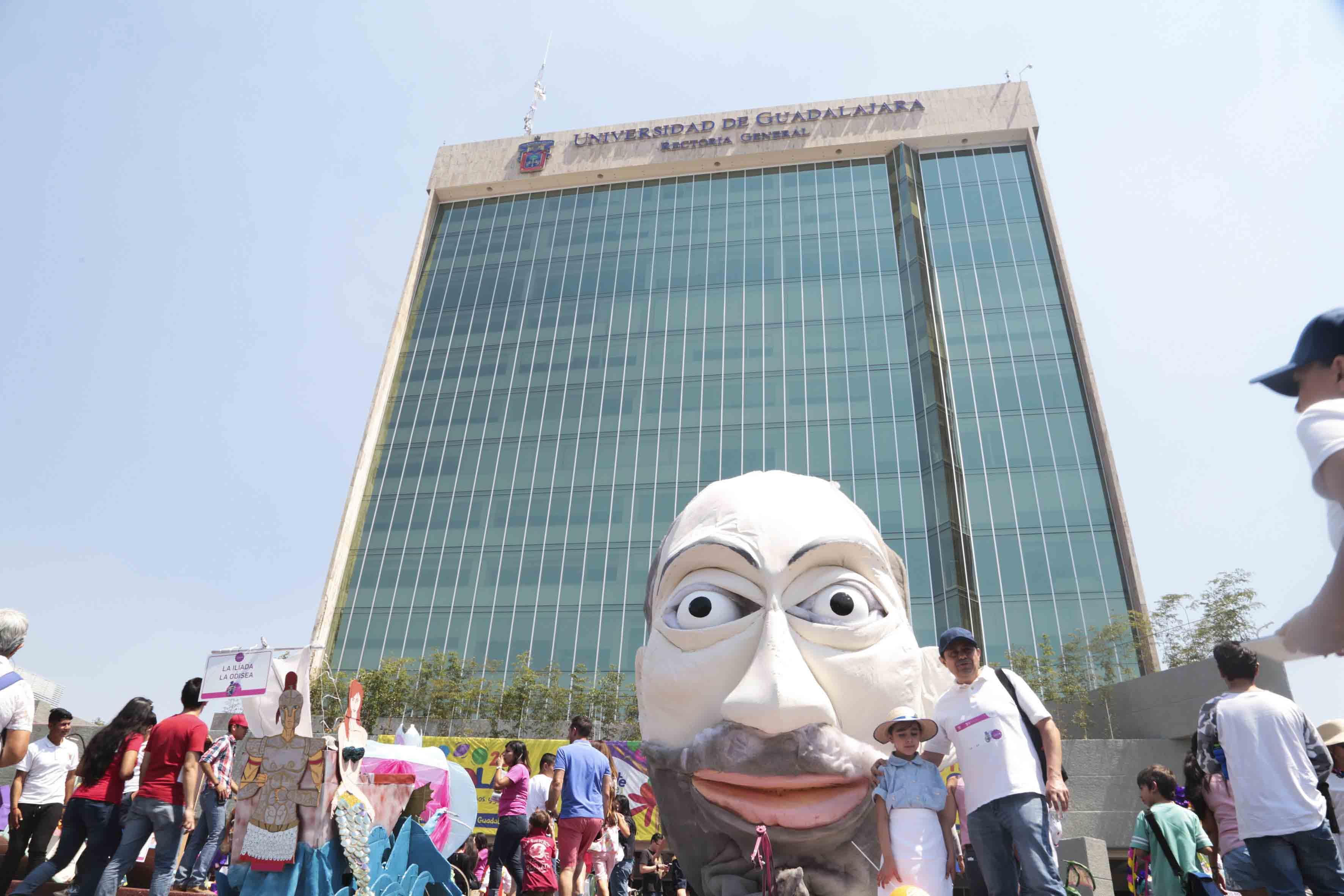 Público asistente al festival, disfrutando de las diferentes representaciones literarias, en la explanada del edificio de Rectoría General de la Universidad de Guadalajara.