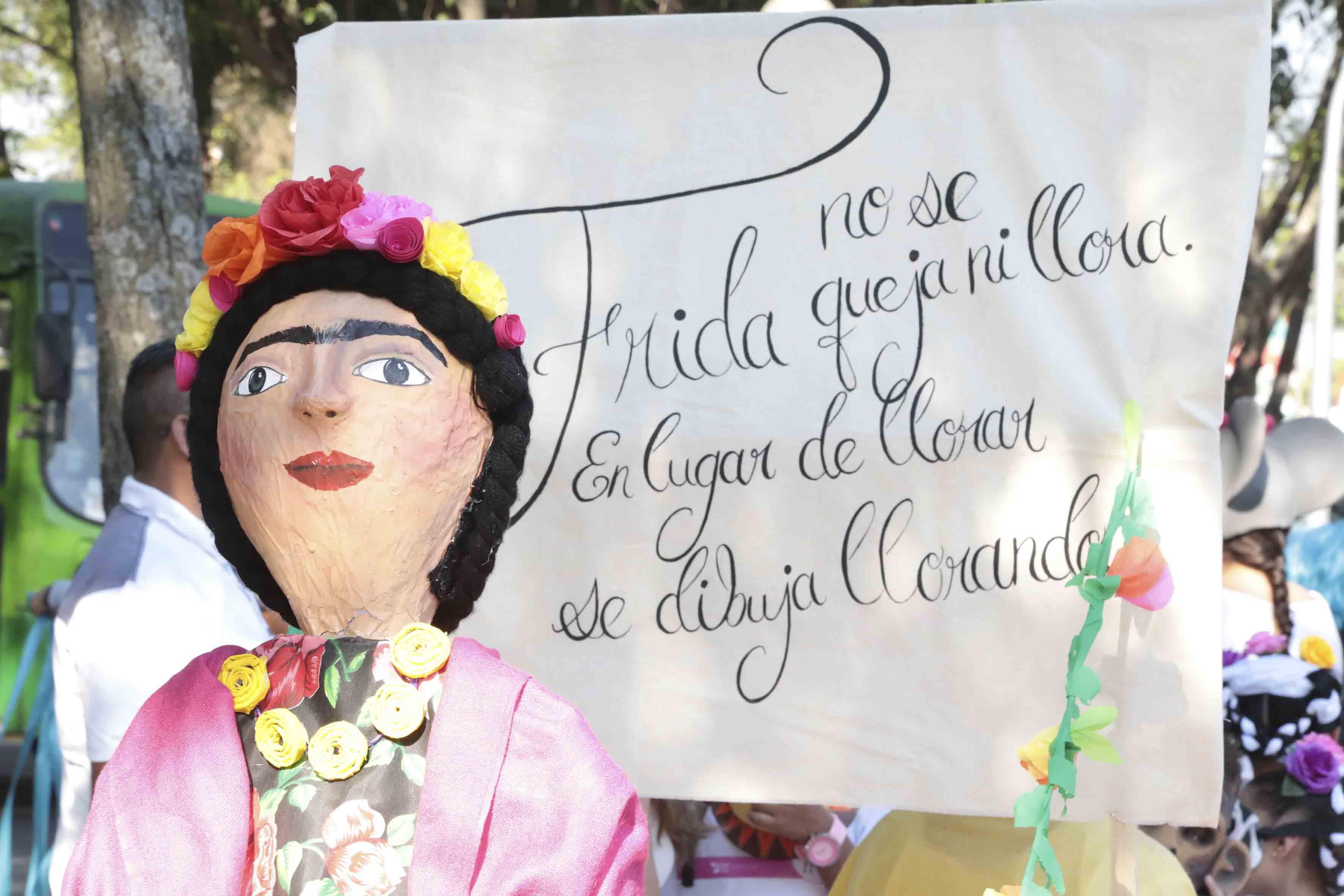 """Representación literaria de la obra """"Frida"""", con la leyenda """"Frida no se queja ni llora. En lugar de llorar se dibuja llorando""""."""
