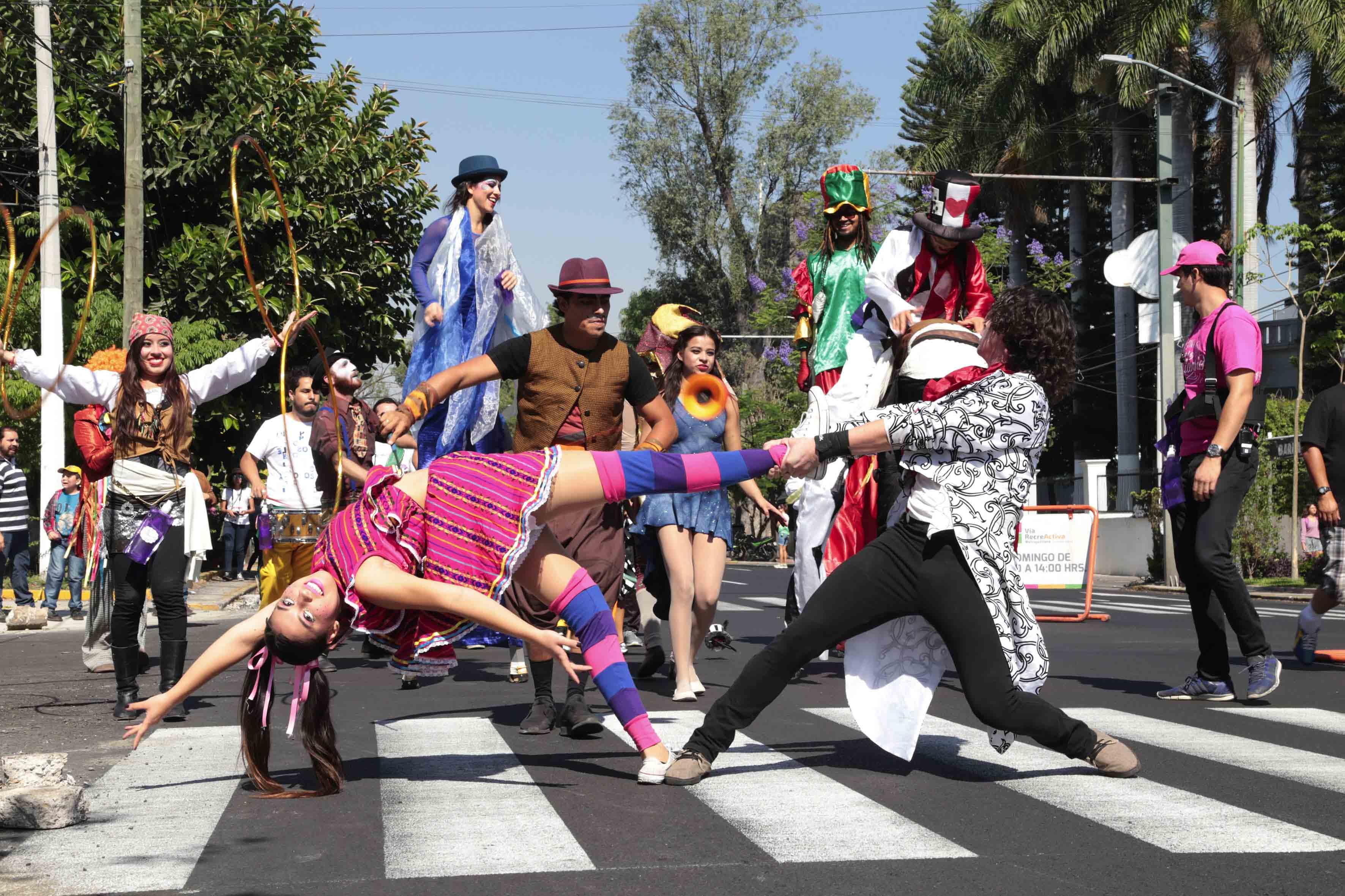 Equipo de animación y zanqueros, participando en el desfile del Primer Festival Literario, en el marco del Día Mundial del Libro y del Día del Niño.