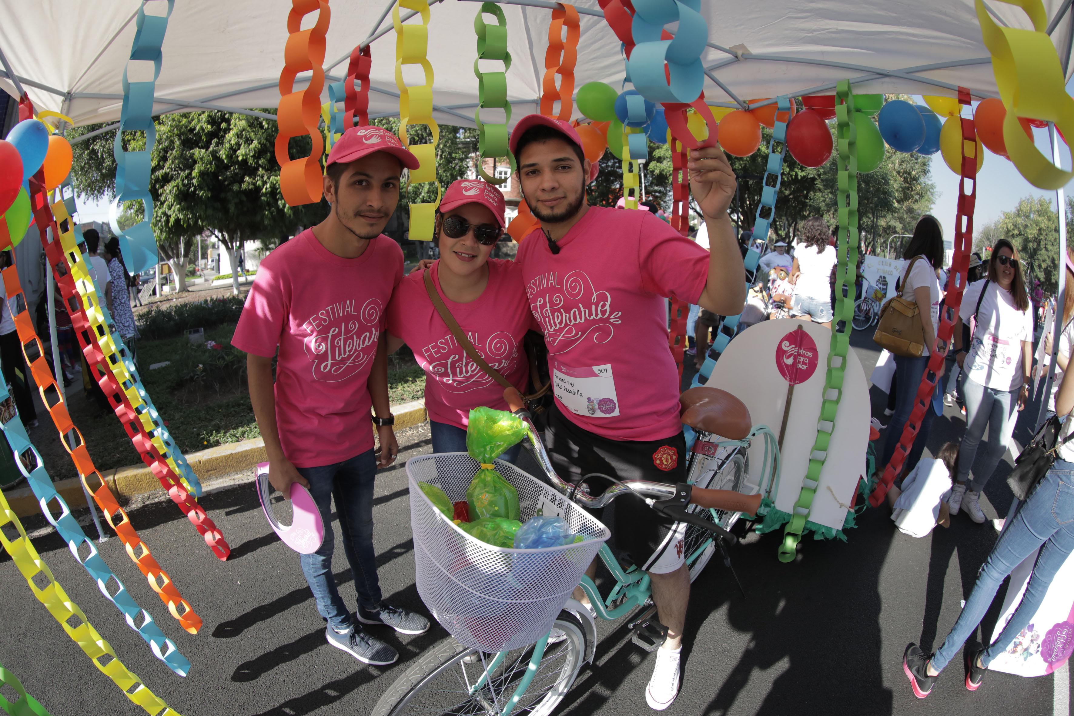 Prestadores de servicio social de las licenciaturas de arte, letras, diseño gráfico e industrial de la Universidad de Guadalajara, apoyando en el desfile del Primer Festival Literario.
