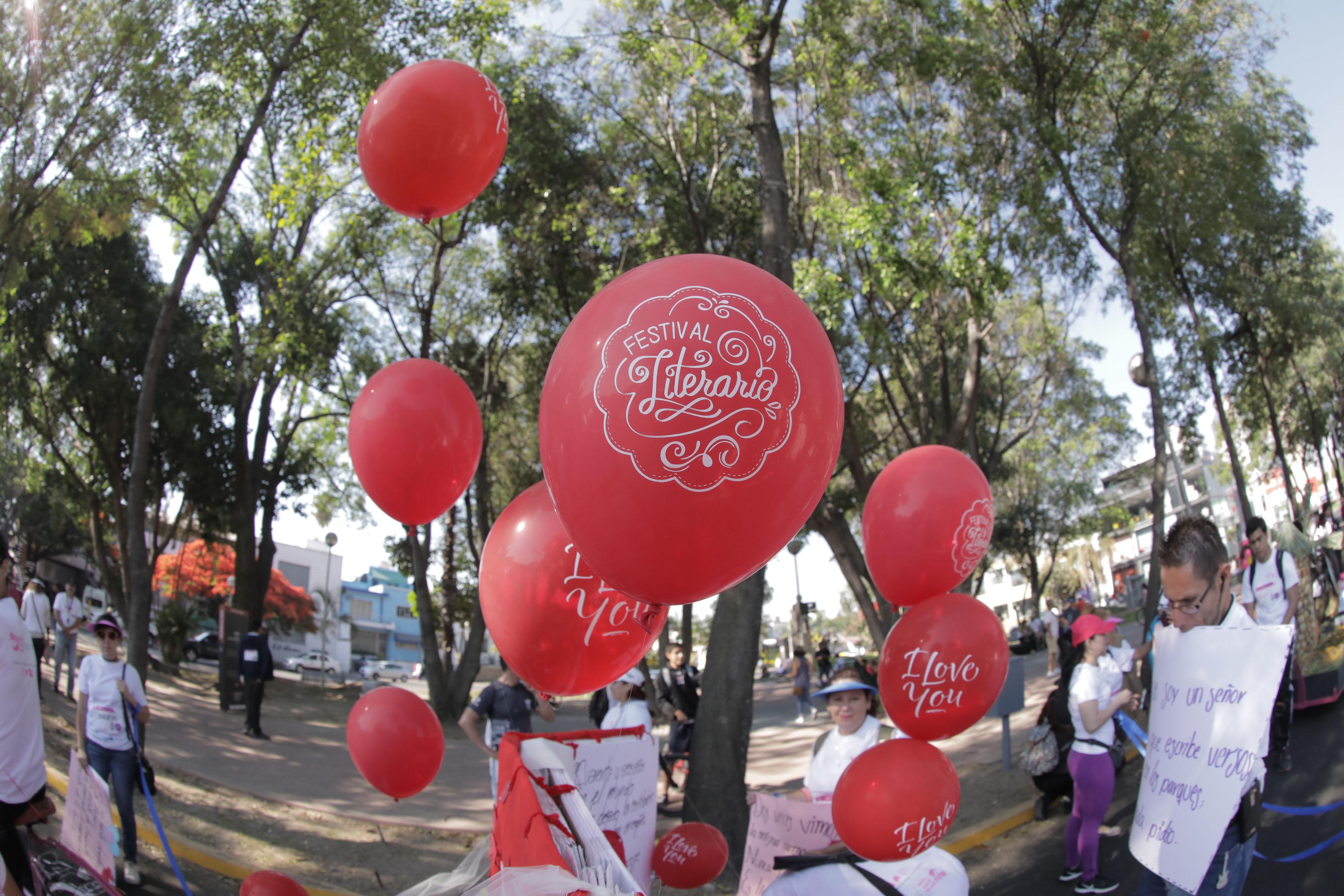 Globos rojos de helio, grabados con el logotipo en color blanco del Primer Festival Literario.