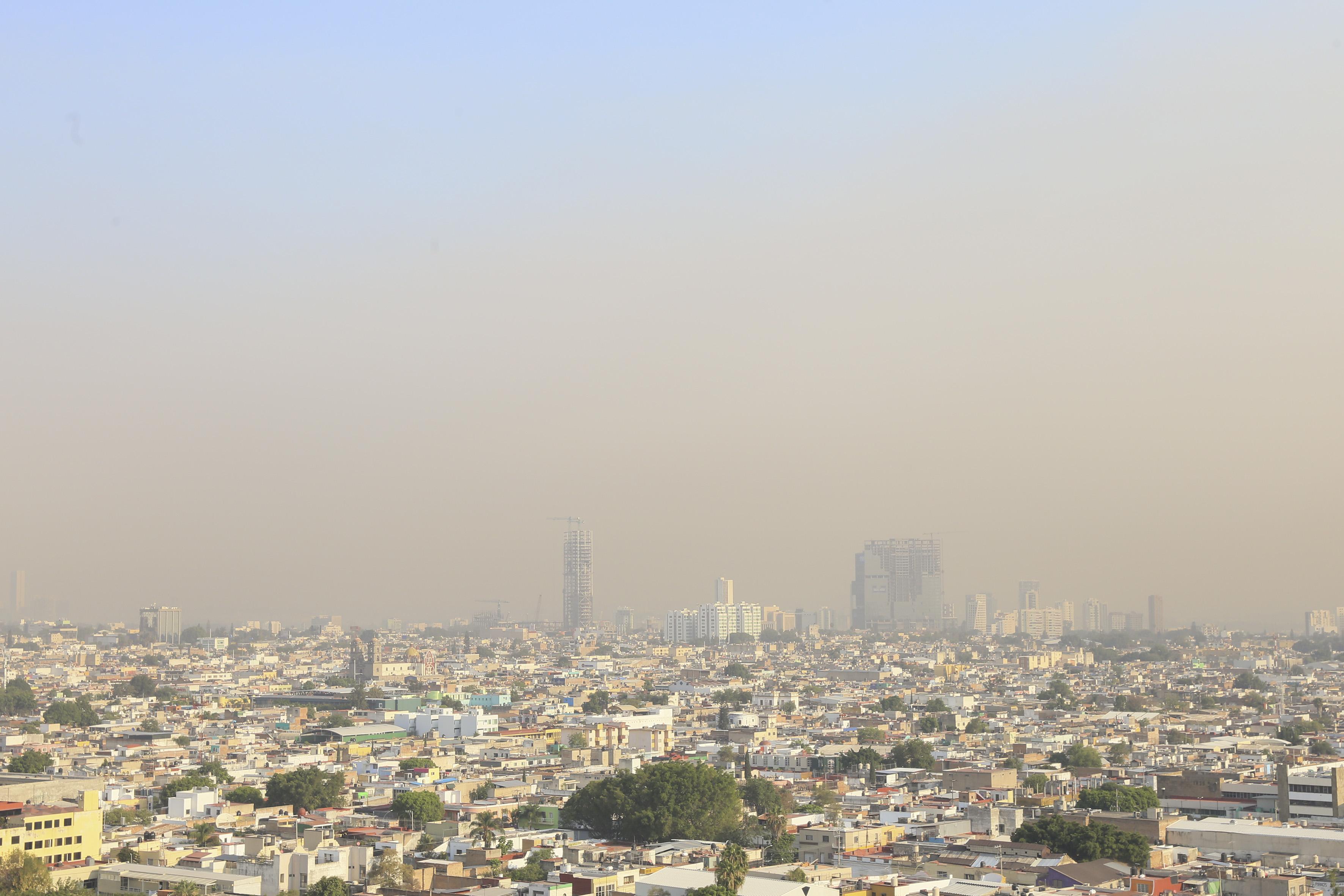 Vista panorámica de los cielos contaminados  de Guadalajara, hacia la zona norte.
