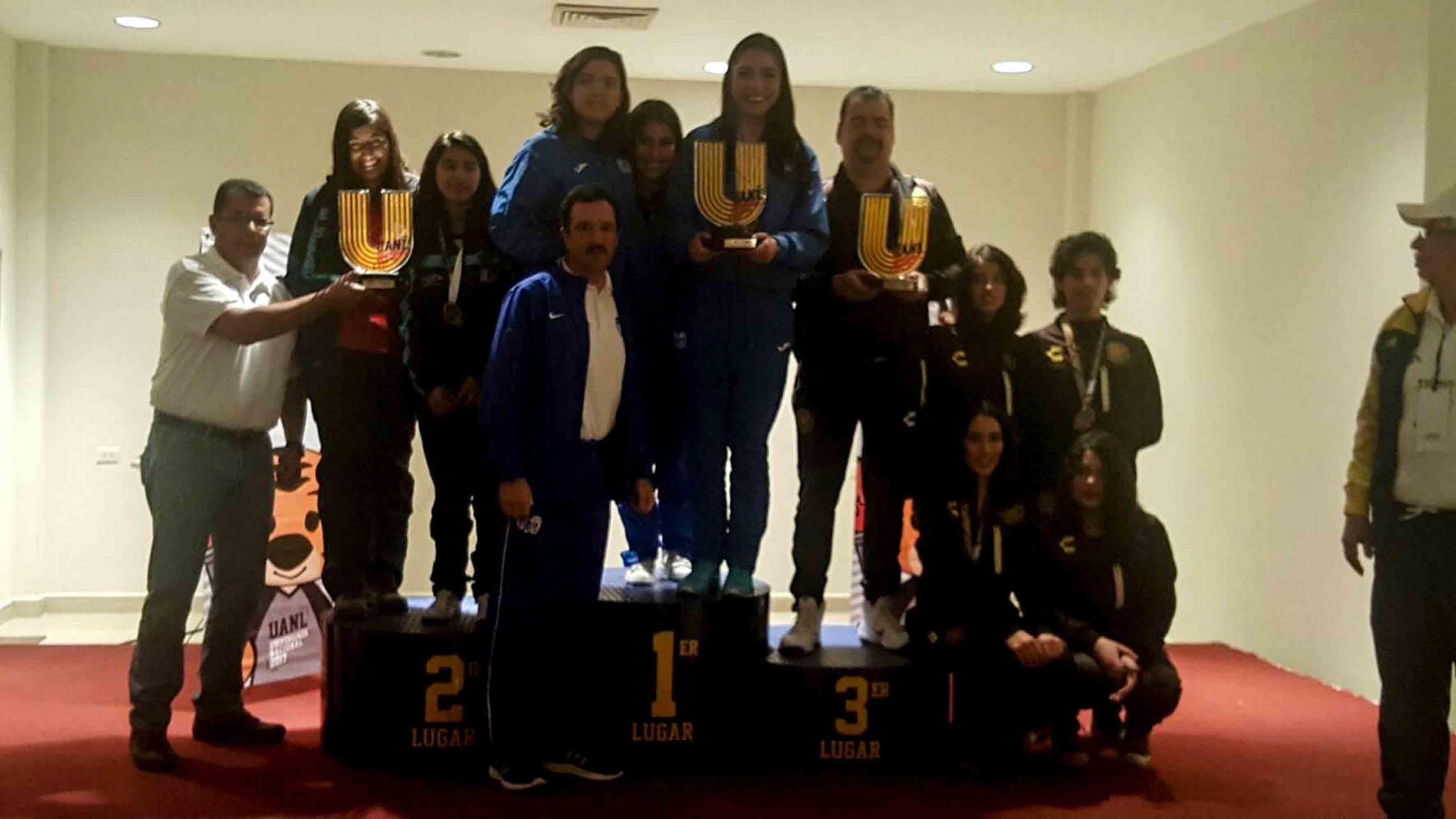 Miriam Parkhurts, alumna del Centro Universitario de Ciencias Económico Administrativas (CUCEA), participando en la ceremonia de premiación, por su segundo lugar en la disciplina de ajedrez clásico, durante la Universiada Nacional 2017.