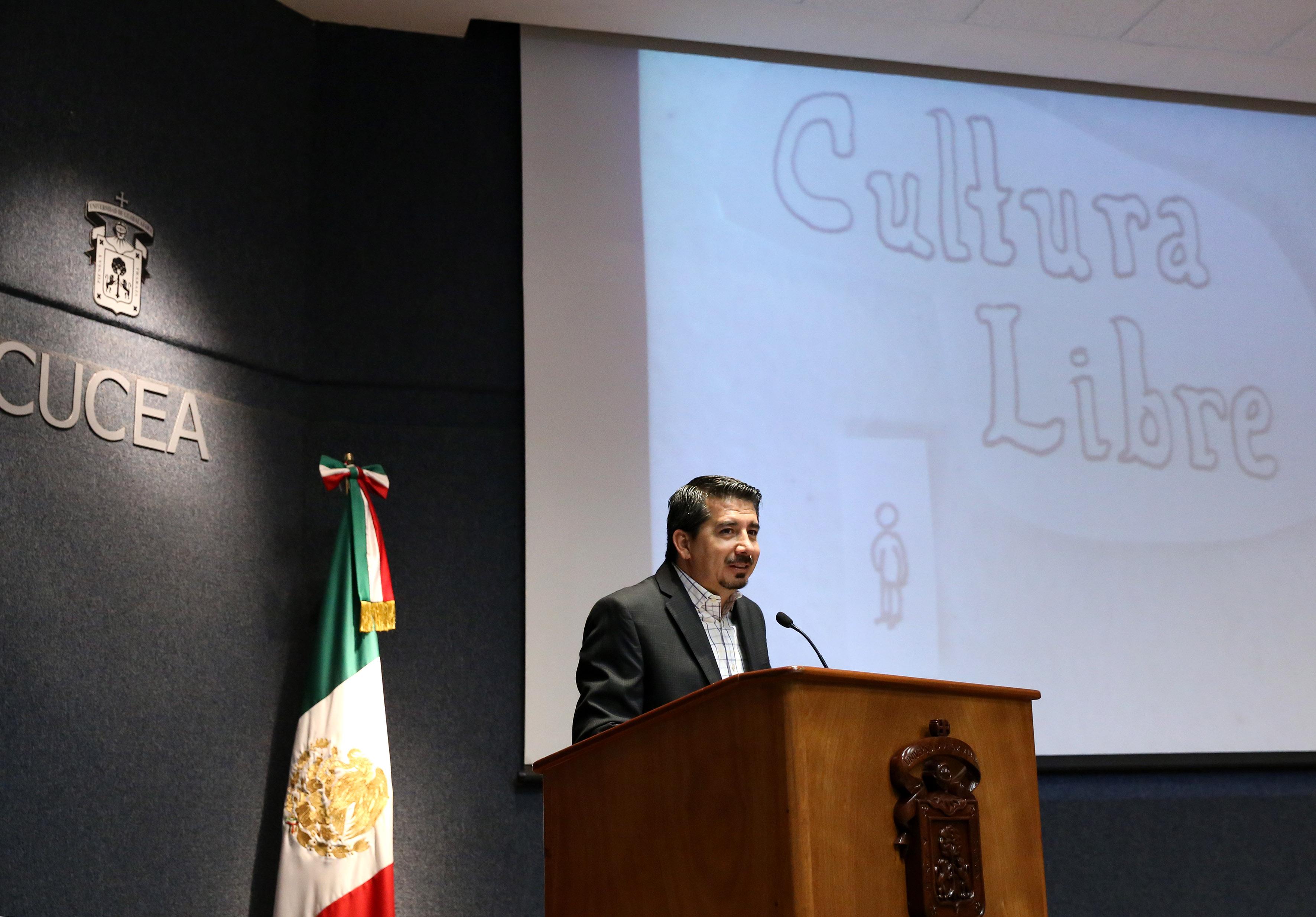 Maestro José Alberto Castellanos Gutiérrez, Rector de CUCEA, inagurando el Festival Latinoamericano de Instalación de Software Libre.