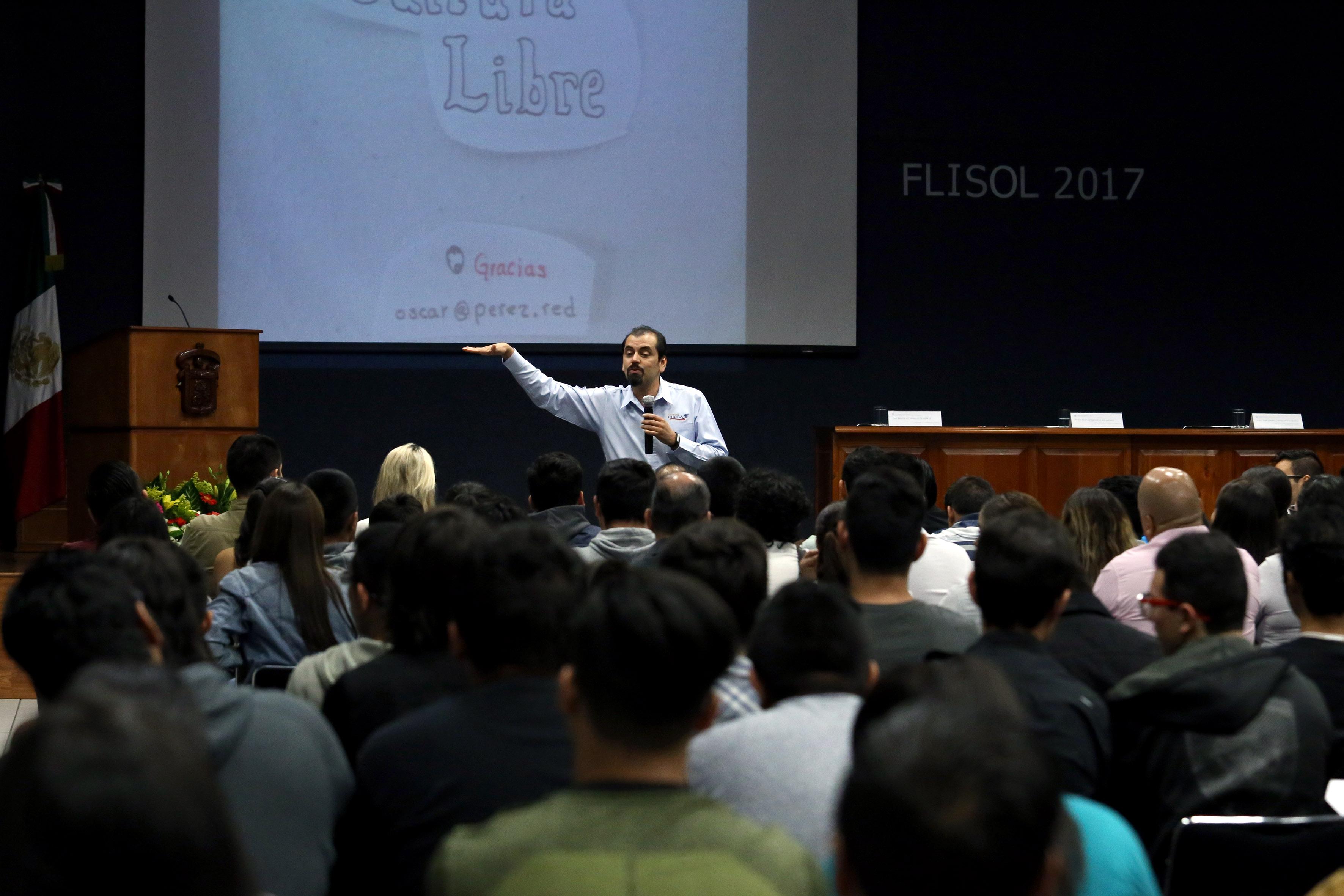 Conferencista haciendo uso de la palabra, durante Festival Latinoamericano de Instalación de Software Libre.