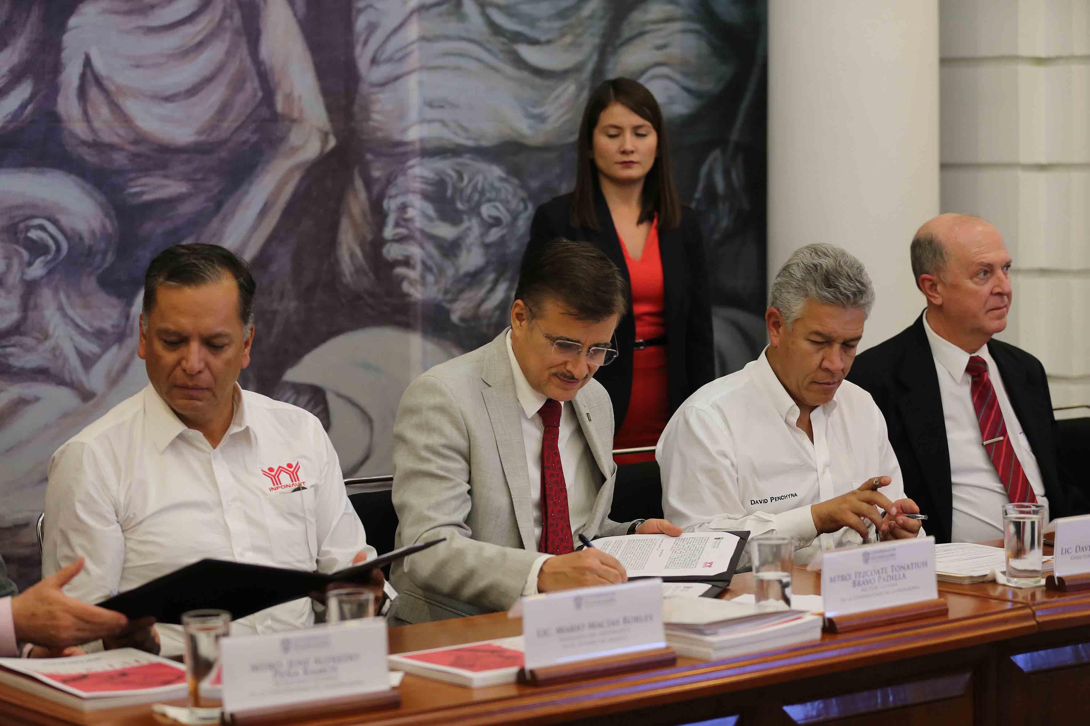 Maestro Itzcóatl Tonatiuh Bravo Padilla, Rector General de la UdeG, firmando el convenio de colabroación.