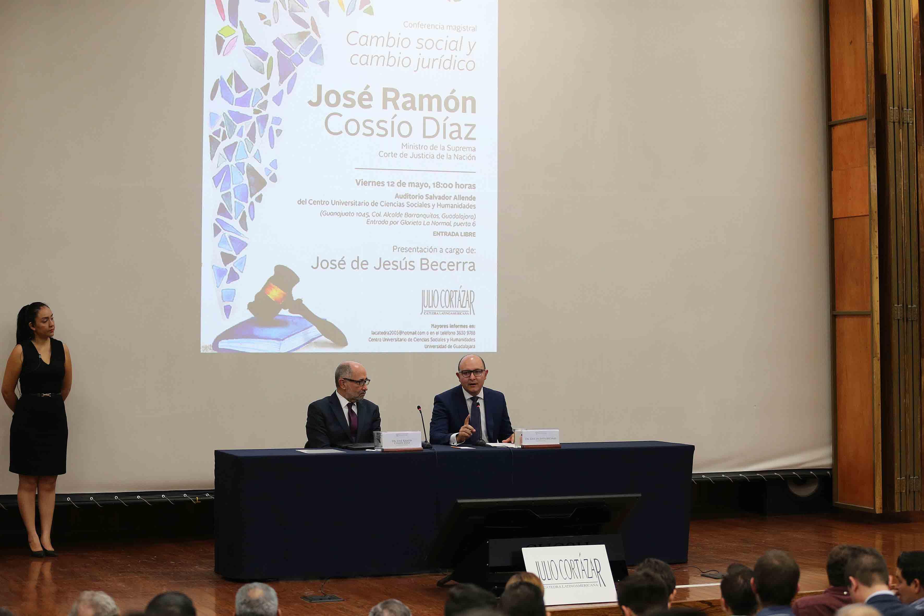 Doctor José de Jesús Becerra Ramírez, director de la División de Estudios Jurídicos del Centro Universitario de Ciencias Sociales y Humanidades (CUCSH), participando en conferencia.