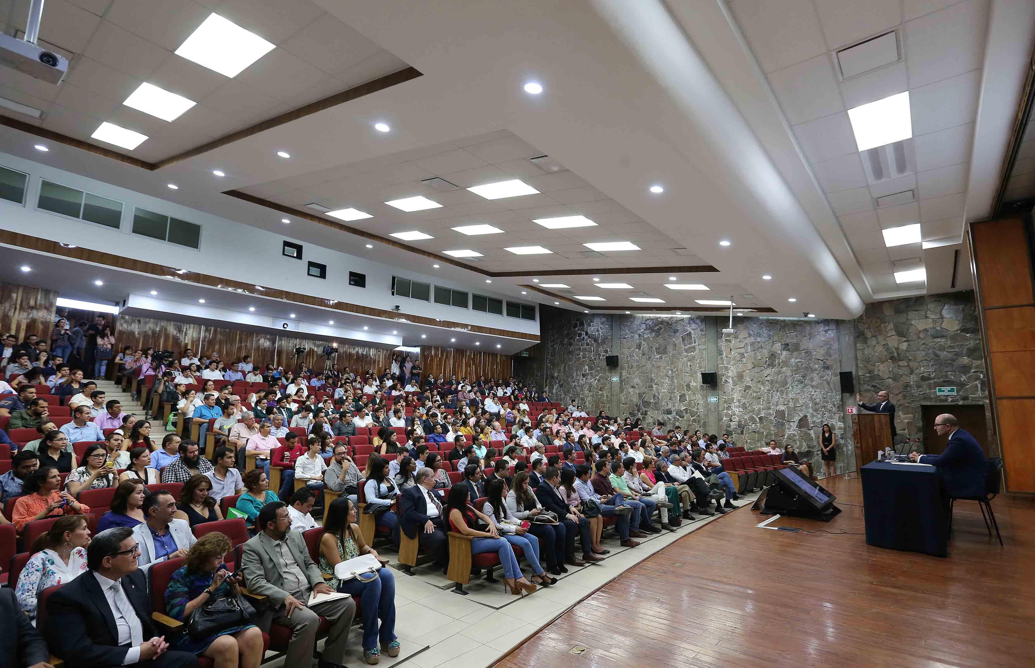 """Conferencia """"Cambio social y cambio jurídico"""", impartida por el doctor José Ramón Cossío Díaz, en el auditorio Salvador Allende del Centro Universitario de Ciencias Sociales y Humanidades (CUCSH)."""