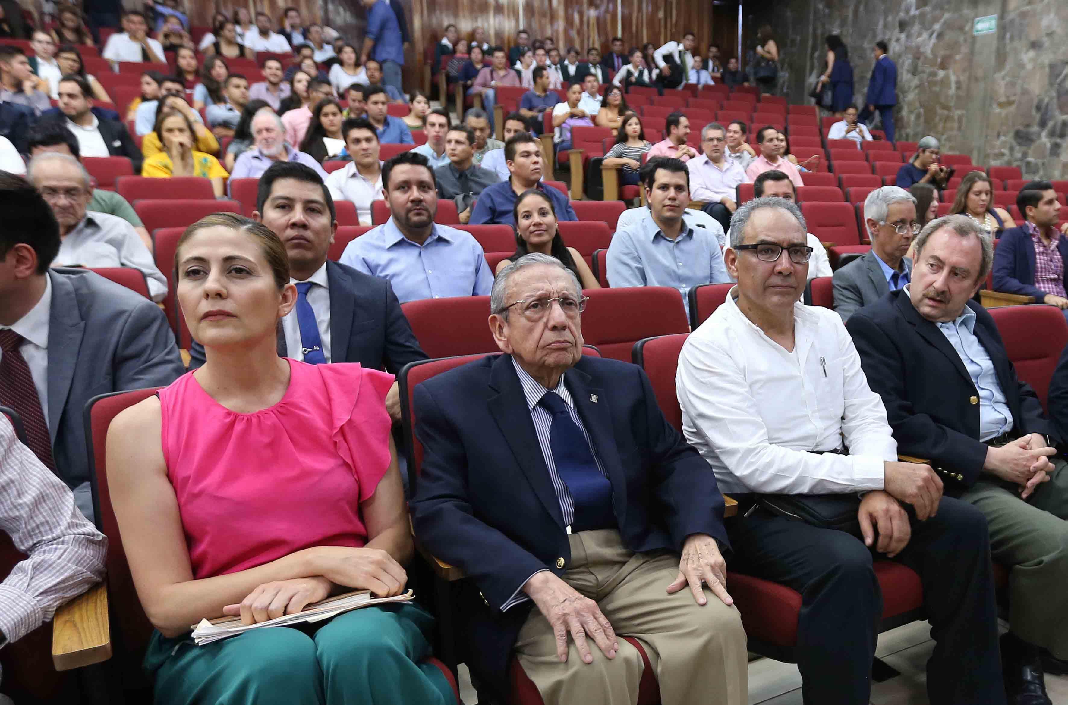 Alumnos y personalidades de la Red Universitaria, asistentes a la conferencia.