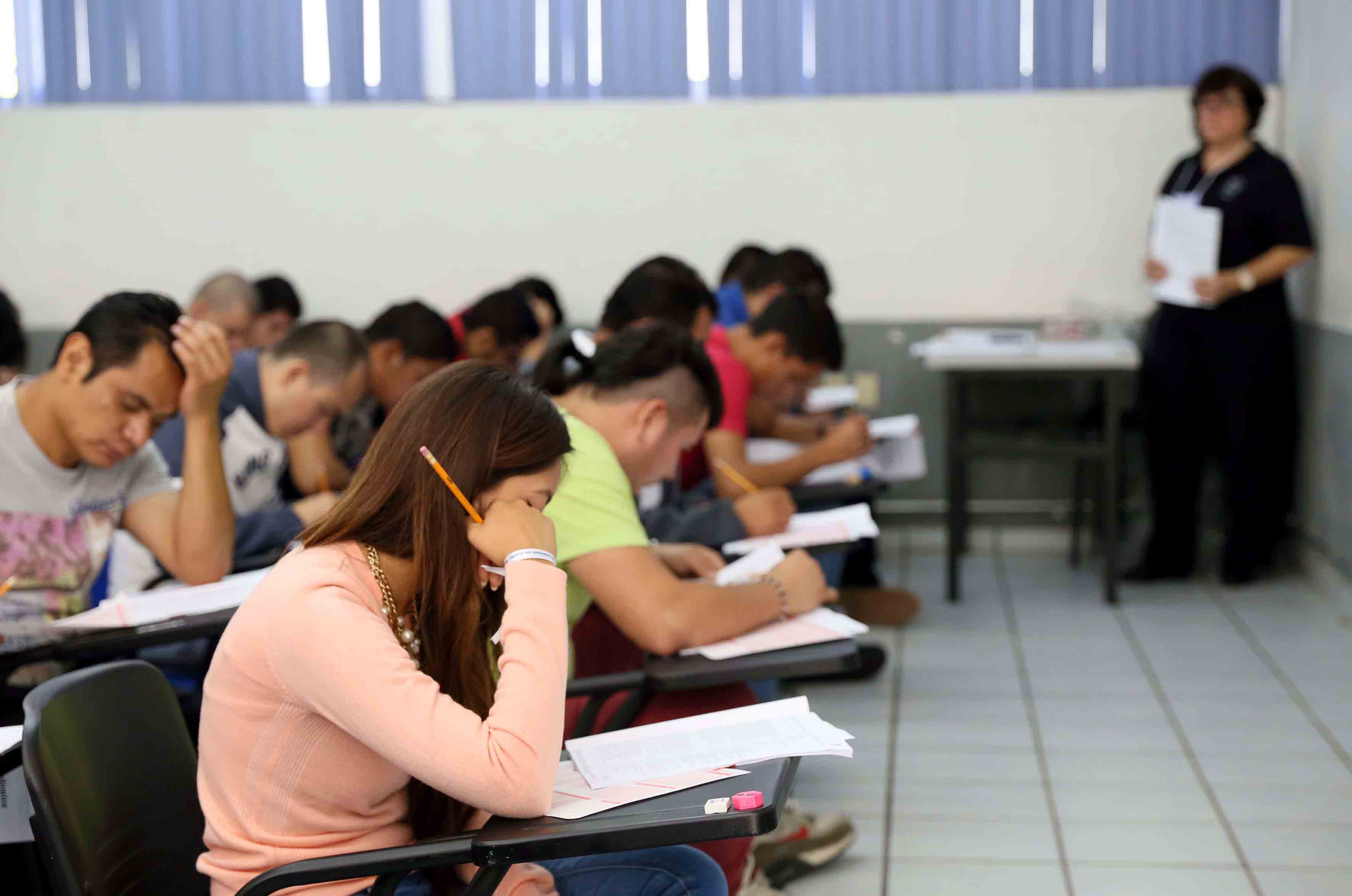 Aspirantes a licenciatura aplicando el examen de admisión.