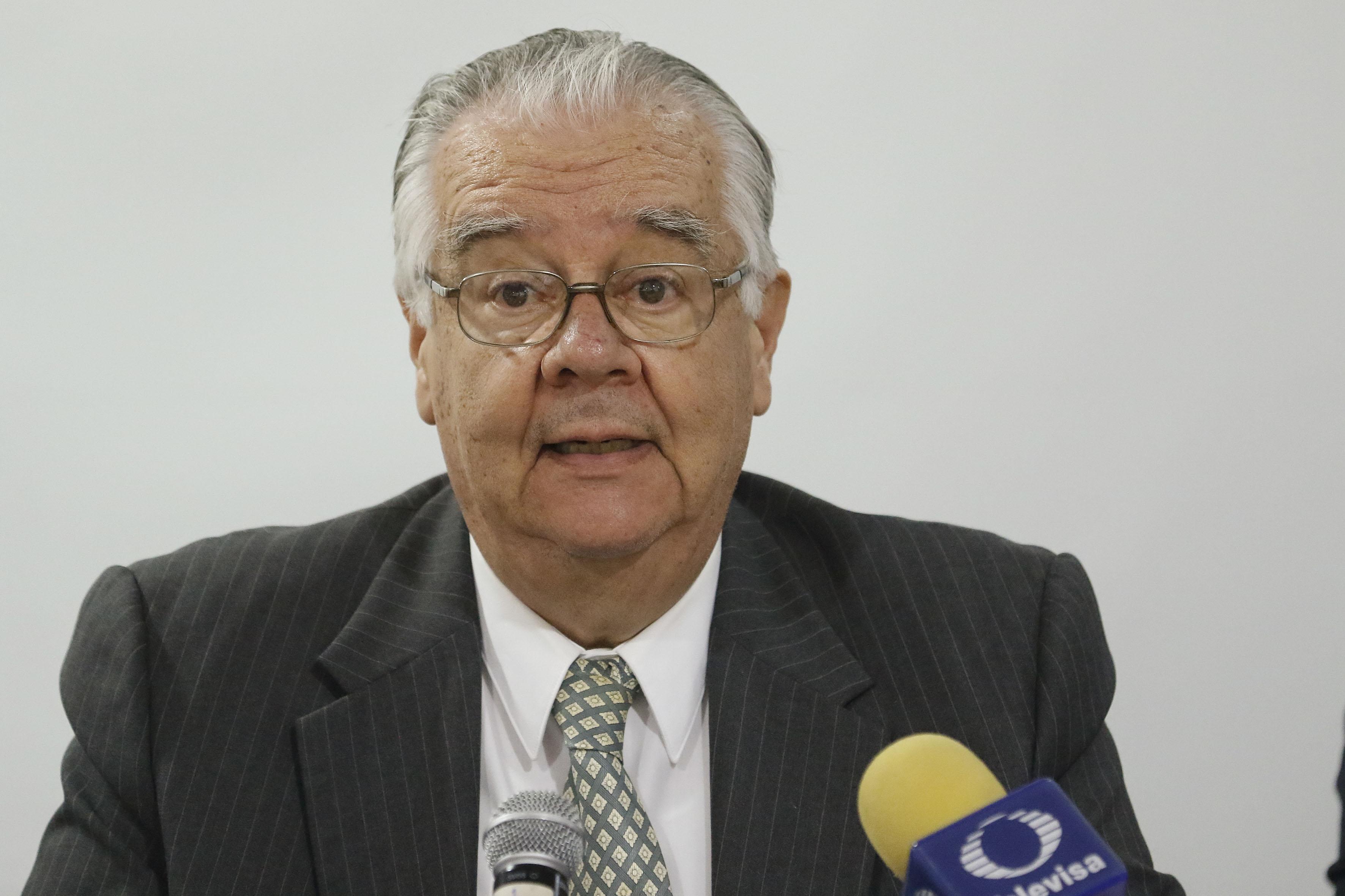 Miembro del presídium, participando durante la rueda de prensa.
