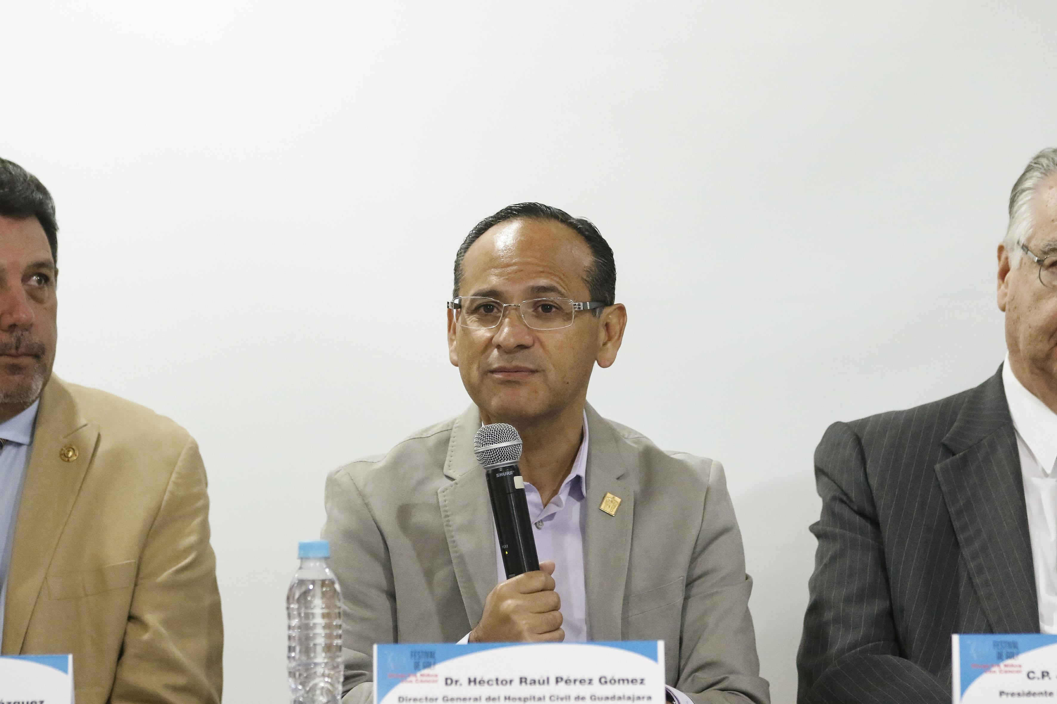 Doctor Héctor Raúl Pérez Gómez, director general del OPD Hospital Civil de Guadalajara, con micrófono en mano, haciendo uso de la voz.