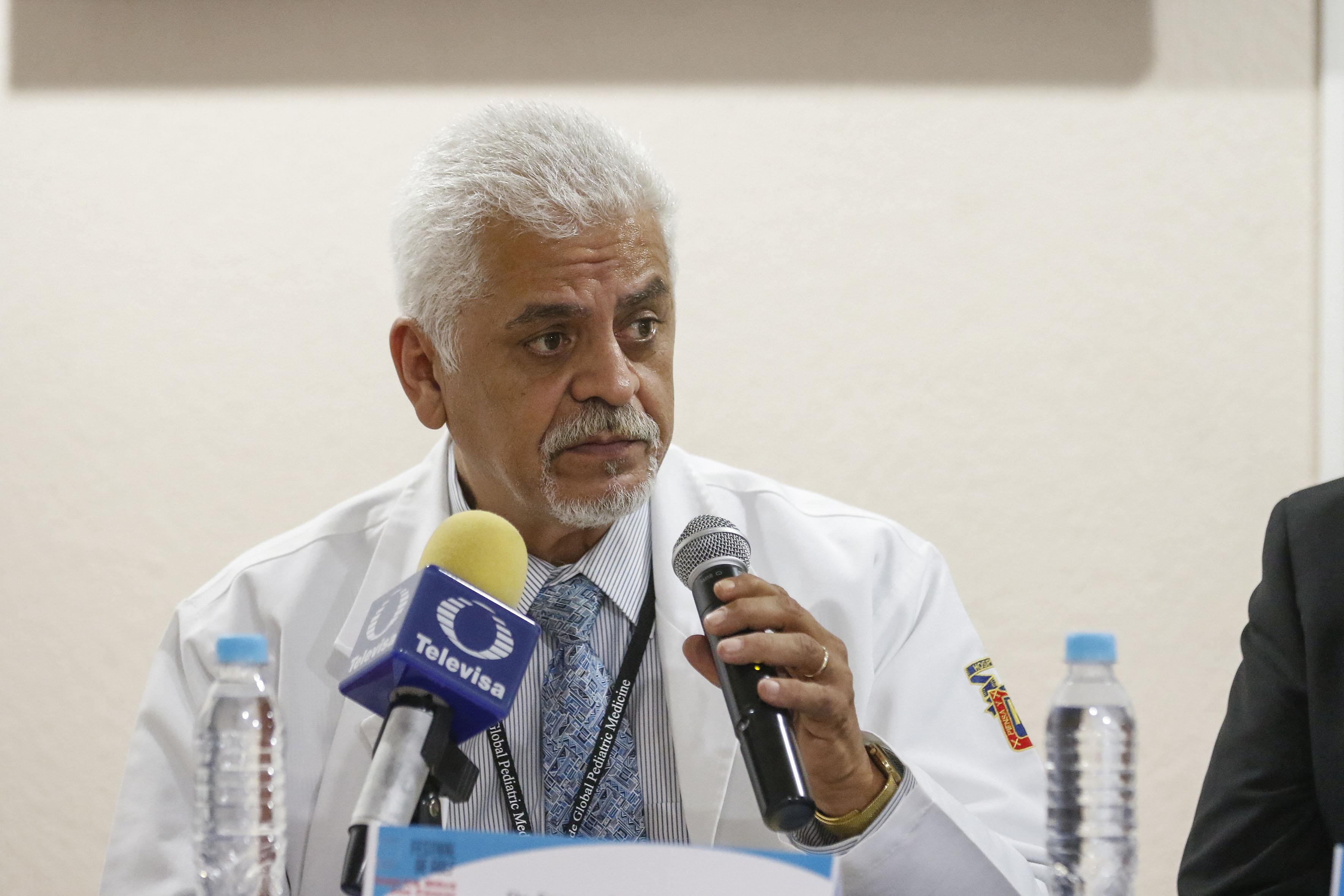 """Doctor Fernando Antonio Sánchez Zubieta, jefe del Servicio de Hemato Oncología Pediátrica del hospital """"Dr. Juan I. Menchaca"""", haciendo uso de la palabra."""